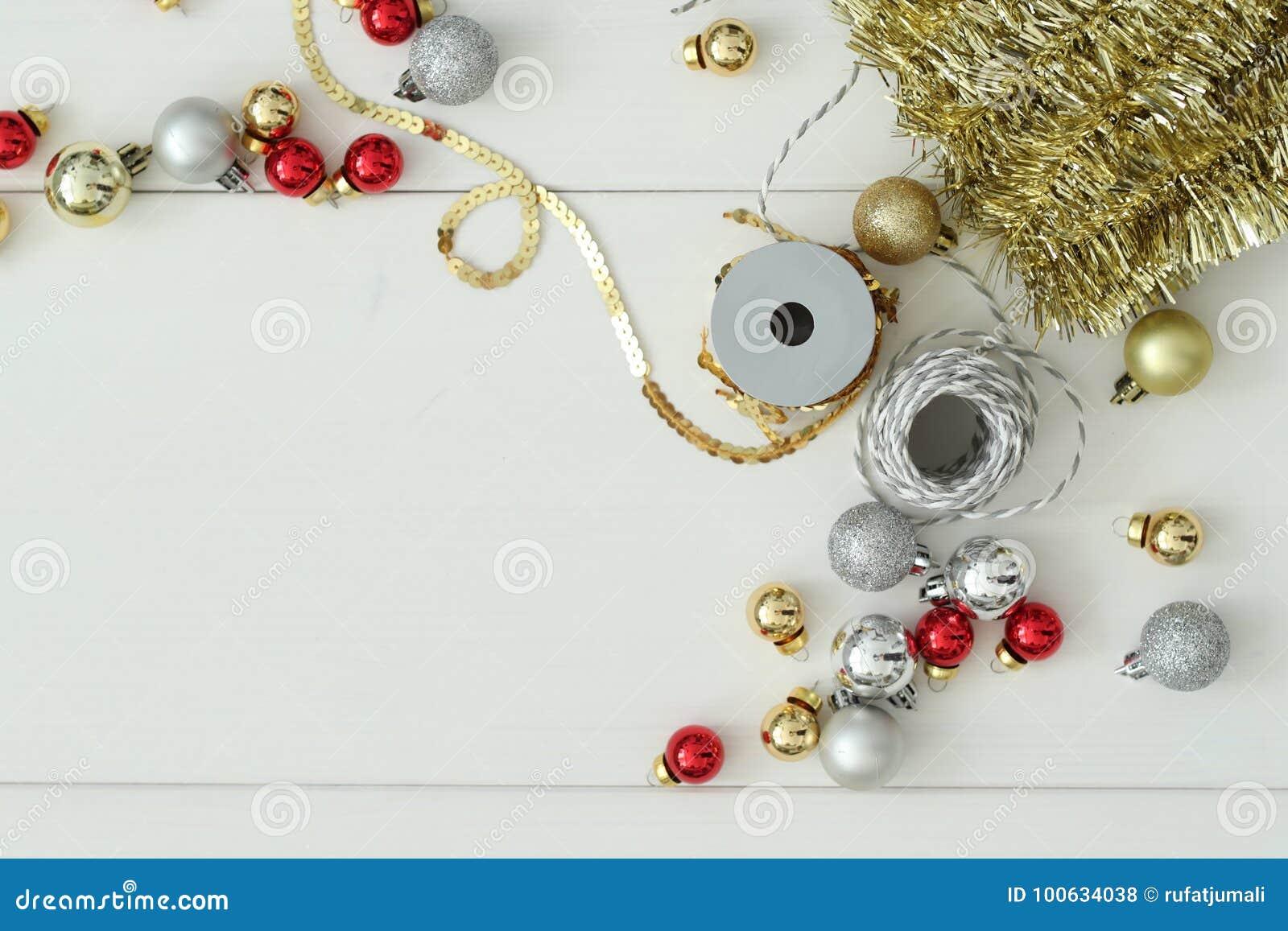 απομονωμένο λευκό παιχνιδιών σφαιρών Χριστουγέννων ανασκόπησης γυαλί