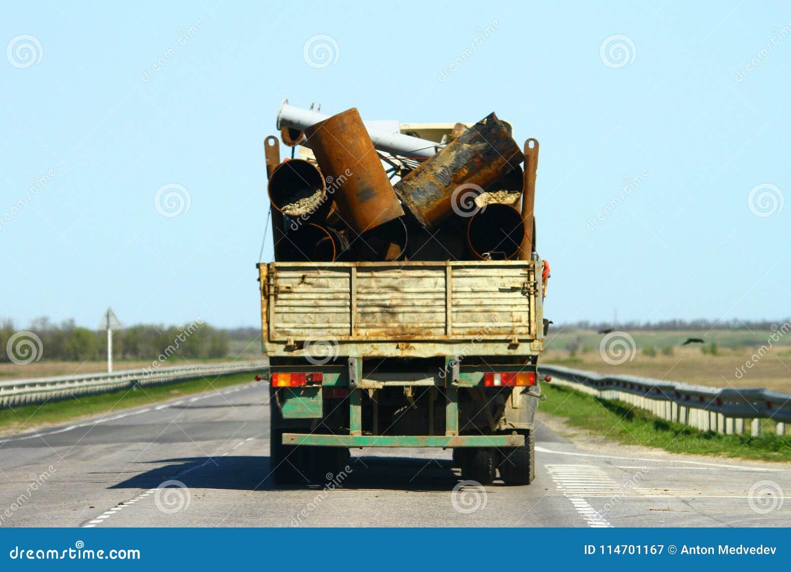 Απορρίματα στο φορτηγό, ατύχημα μεταφορών, επισφαλής μεταφορά της έννοιας μετάλλων