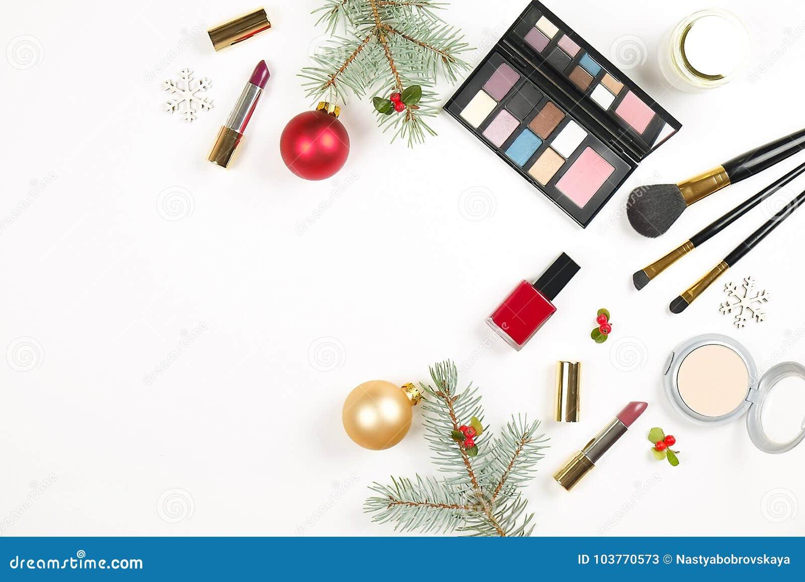 Αποτελέστε θέτει το καλλυντικό με τη διακόσμηση Χριστουγέννων στο άσπρο επίπεδο υποβάθρου βρέθηκε