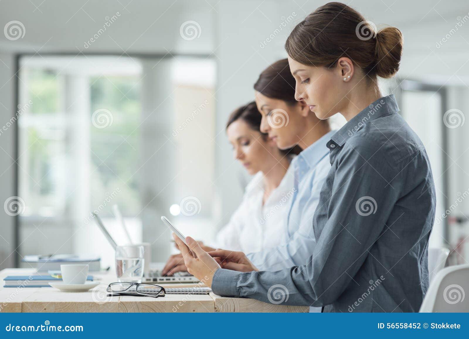 Download Αποδοτικές επιχειρησιακές γυναίκες που εργάζονται από κοινού Στοκ Εικόνες - εικόνα από επιχείρηση, γραφείο: 56558452