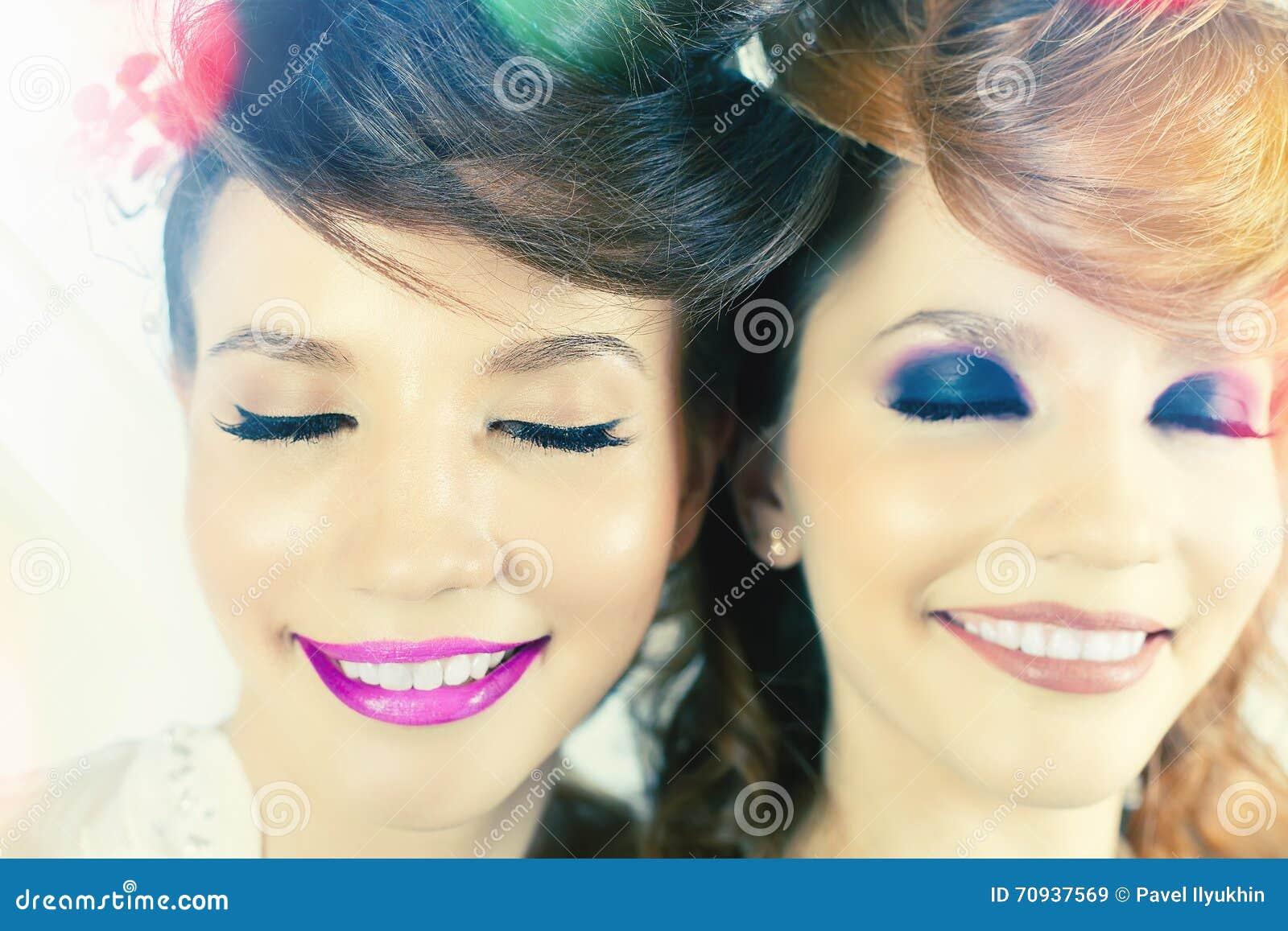 Απολύτως πανέμορφα κορίτσια διδύμων με τη σύνθεση μόδας