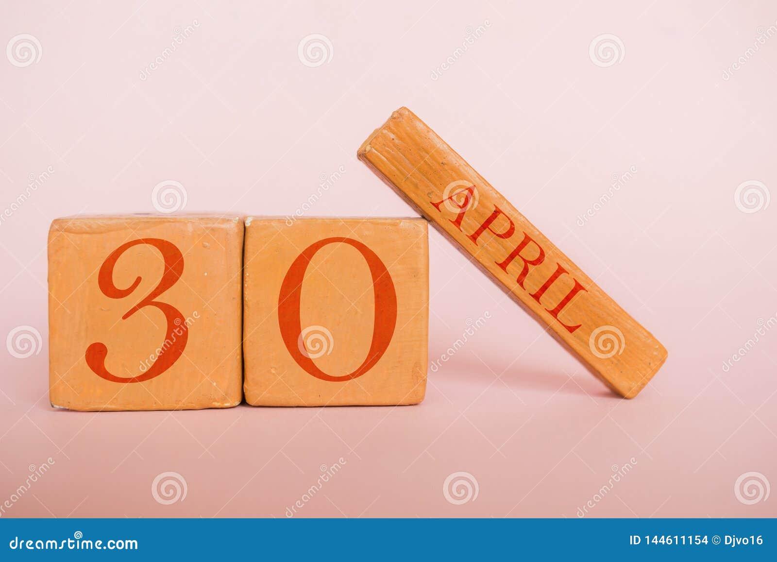 30 Απριλίου Ημέρα 30 του μήνα, χειροποίητο ξύλινο ημερολόγιο στο σύγχρονο υπόβαθρο χρώματος μήνας άνοιξη, ημέρα της έννοιας έτους