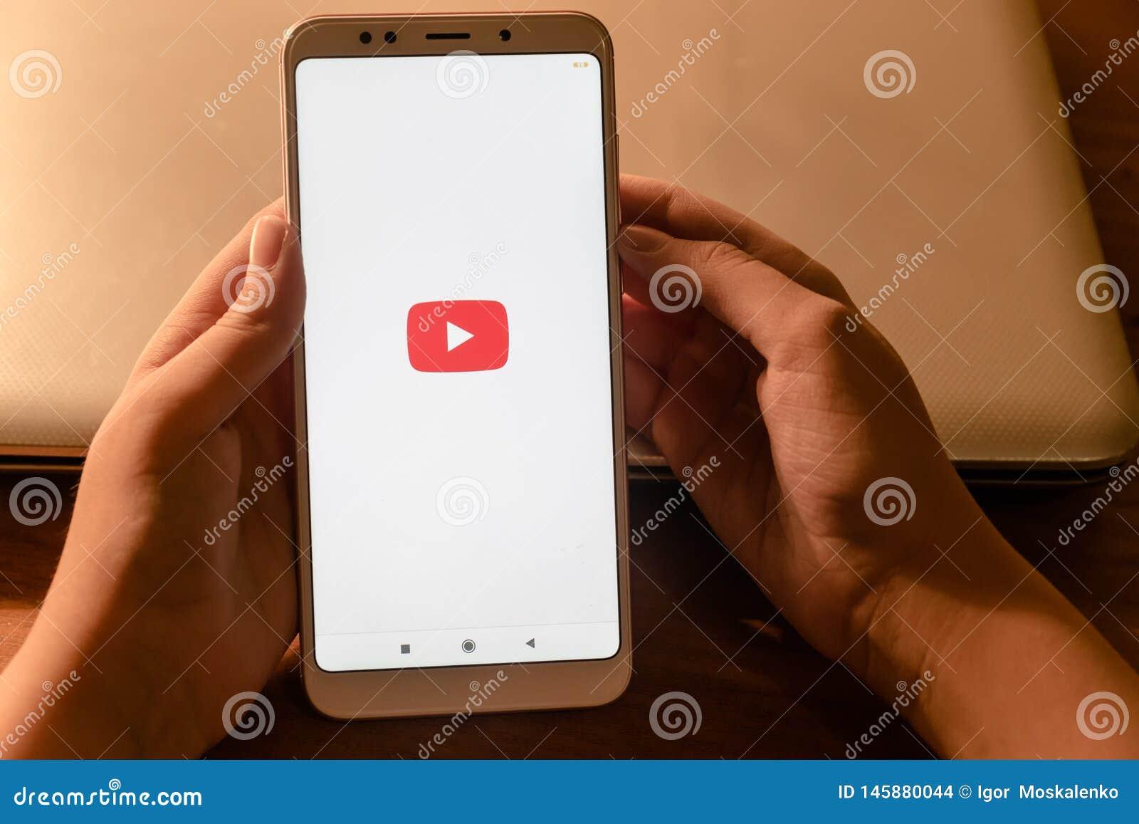 22 Απριλίου 2019 Ρωσική Ομοσπονδία Stavropol το κορίτσι στα χέρια του τηλεφώνου Xiaomi στο οποίο η εφαρμογή youtube τρέχει