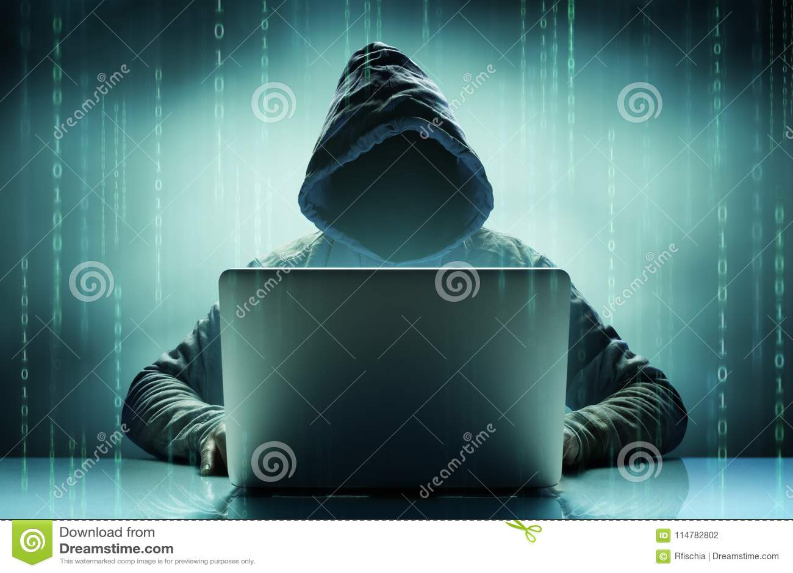 Απρόσωπος ανώνυμος χάκερ υπολογιστών με το lap-top