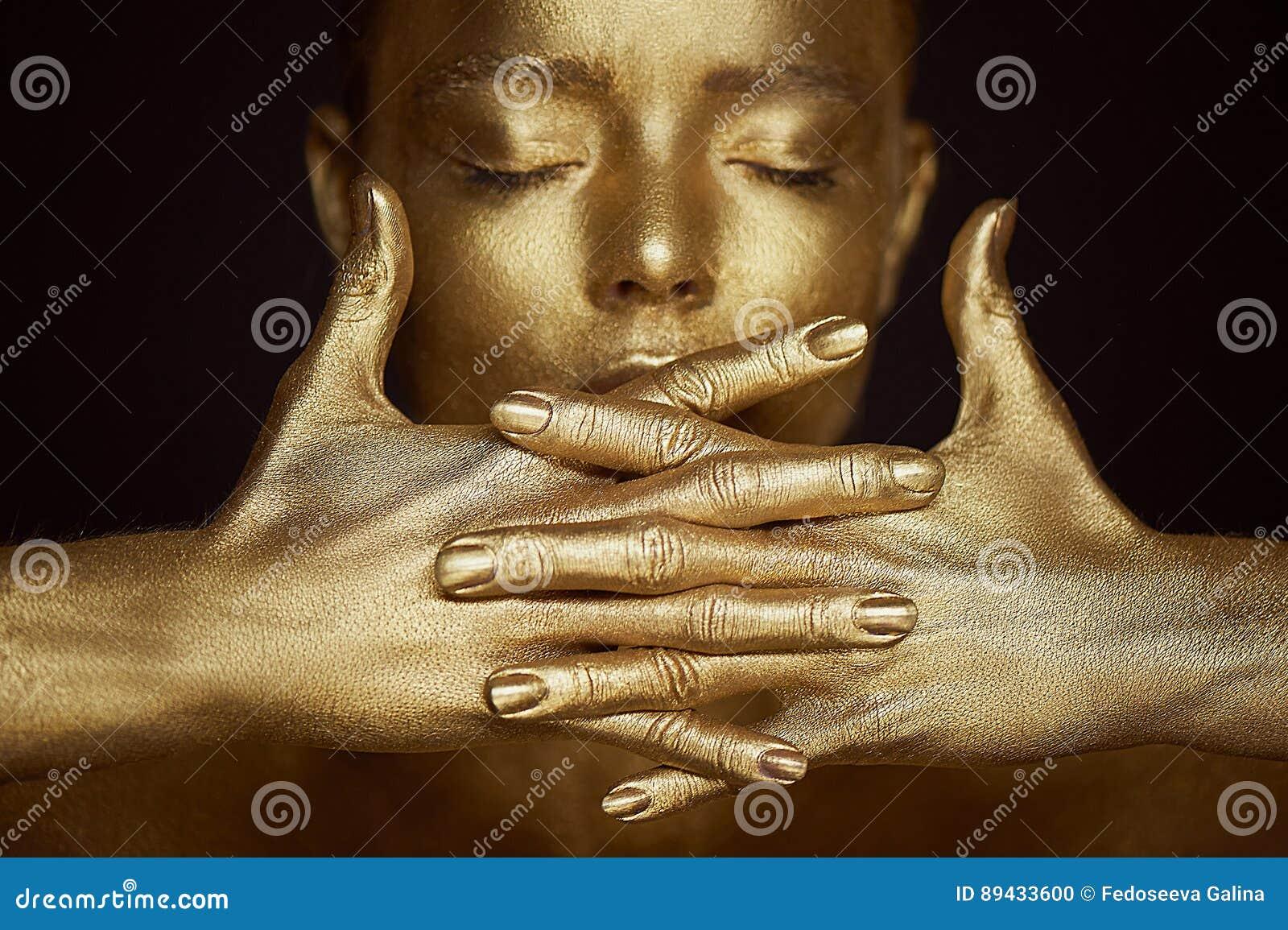 Απόκοσμα χρυσά κορίτσια πορτρέτου, χέρια κοντά στο πρόσωπο Πολύ λεπτός και θηλυκός Τα μάτια είναι κλειστά η κλίση πλαισίων δίνει