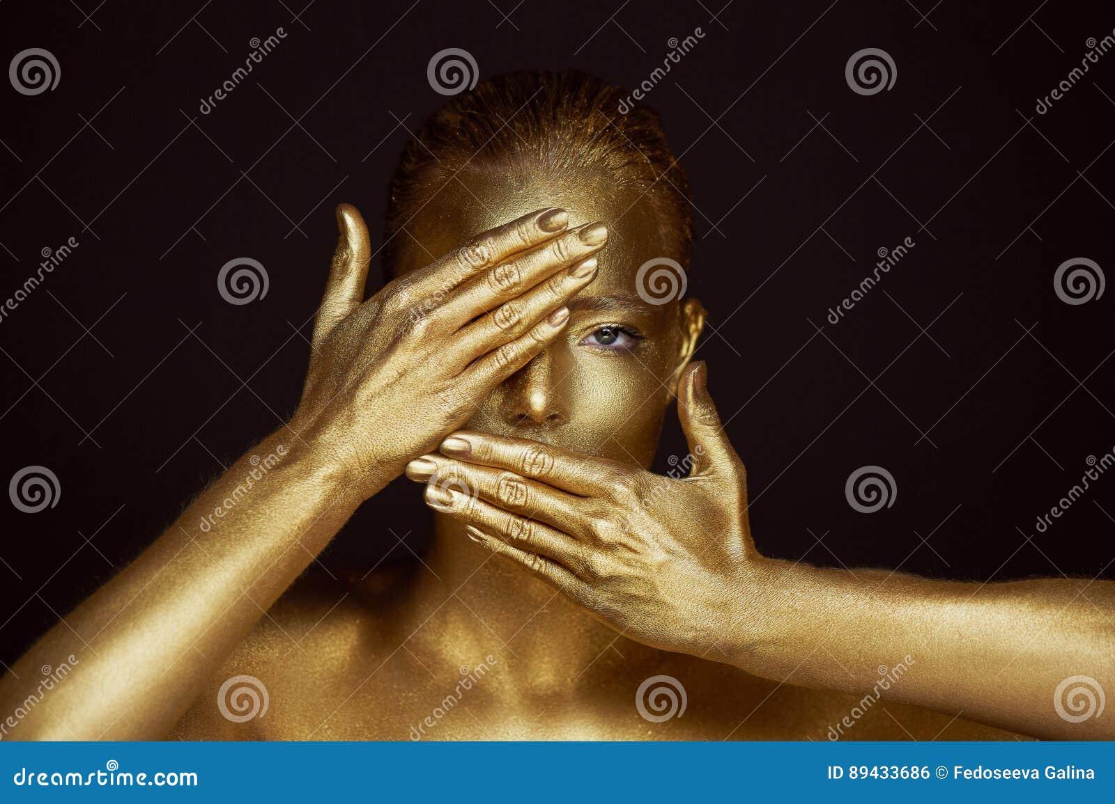 Απόκοσμα χρυσά κορίτσια πορτρέτου, χέρια κοντά στο πρόσωπο Πολύ λεπτός και θηλυκός Τα μάτια είναι ανοικτά η κλίση πλαισίων δίνει