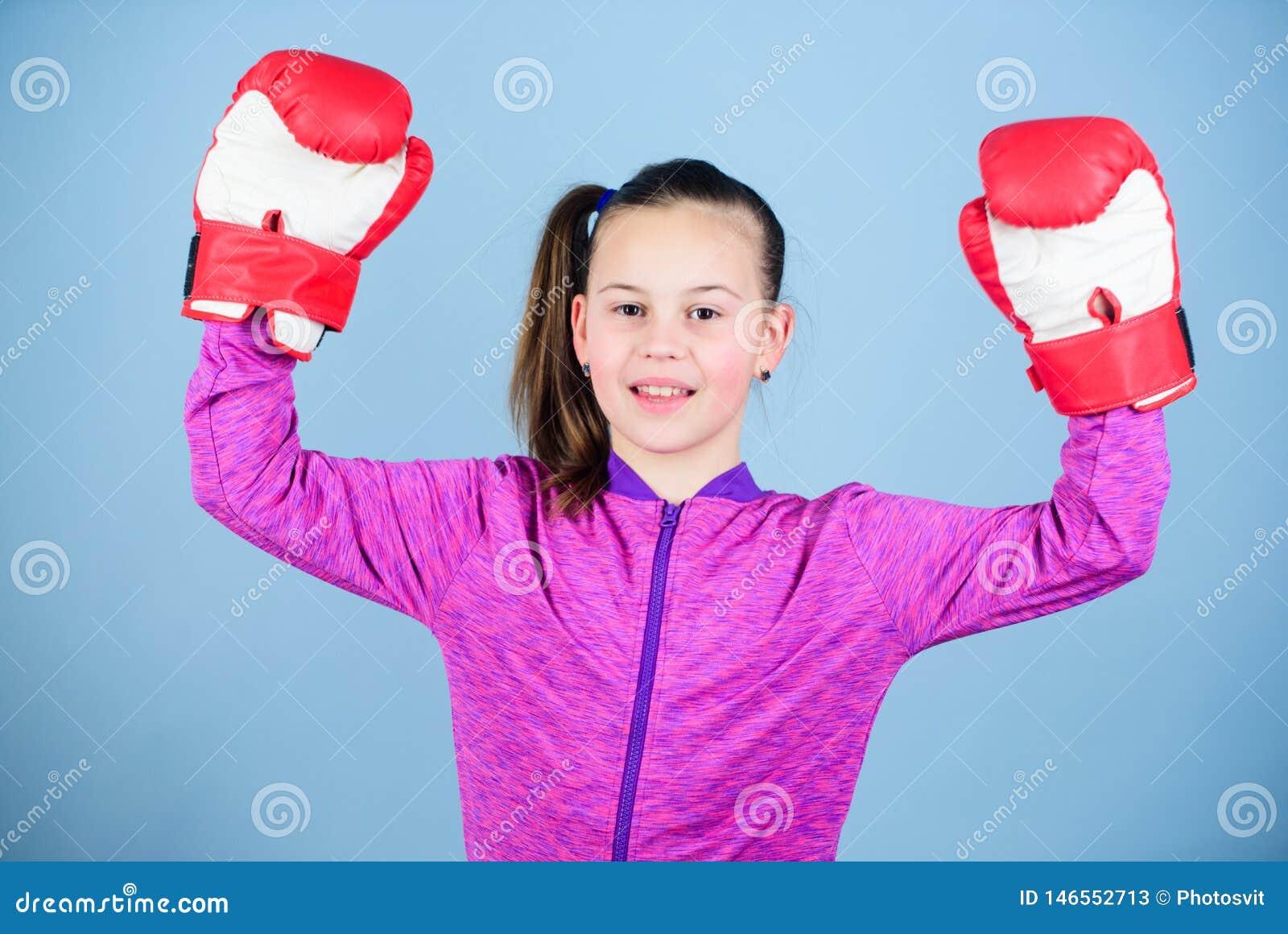 Απόλαυση από τον αθλητισμό Θηλυκός μπόξερ Αθλητική ανατροφή Ο εγκιβωτισμός παρέχει την ακριβή πειθαρχία Χαριτωμένος μπόξερ κοριτσ
