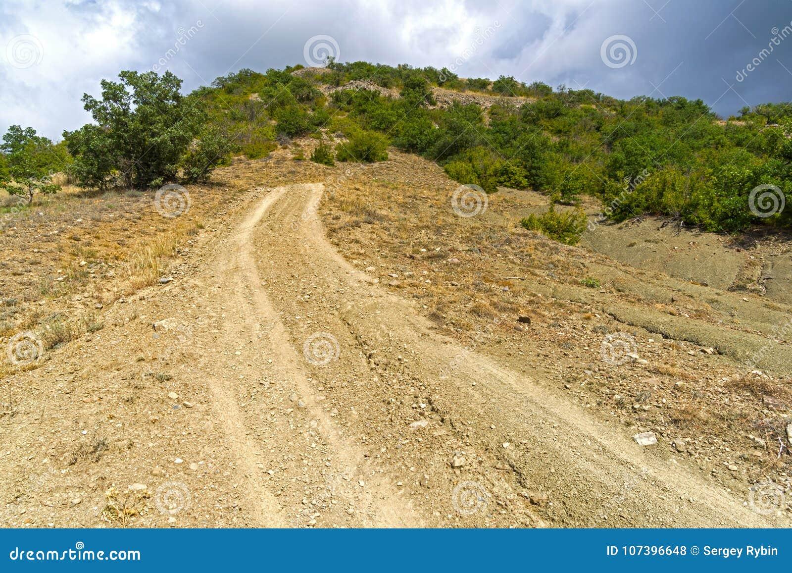 Απότομη κάθοδος σε έναν βρώμικο δρόμο