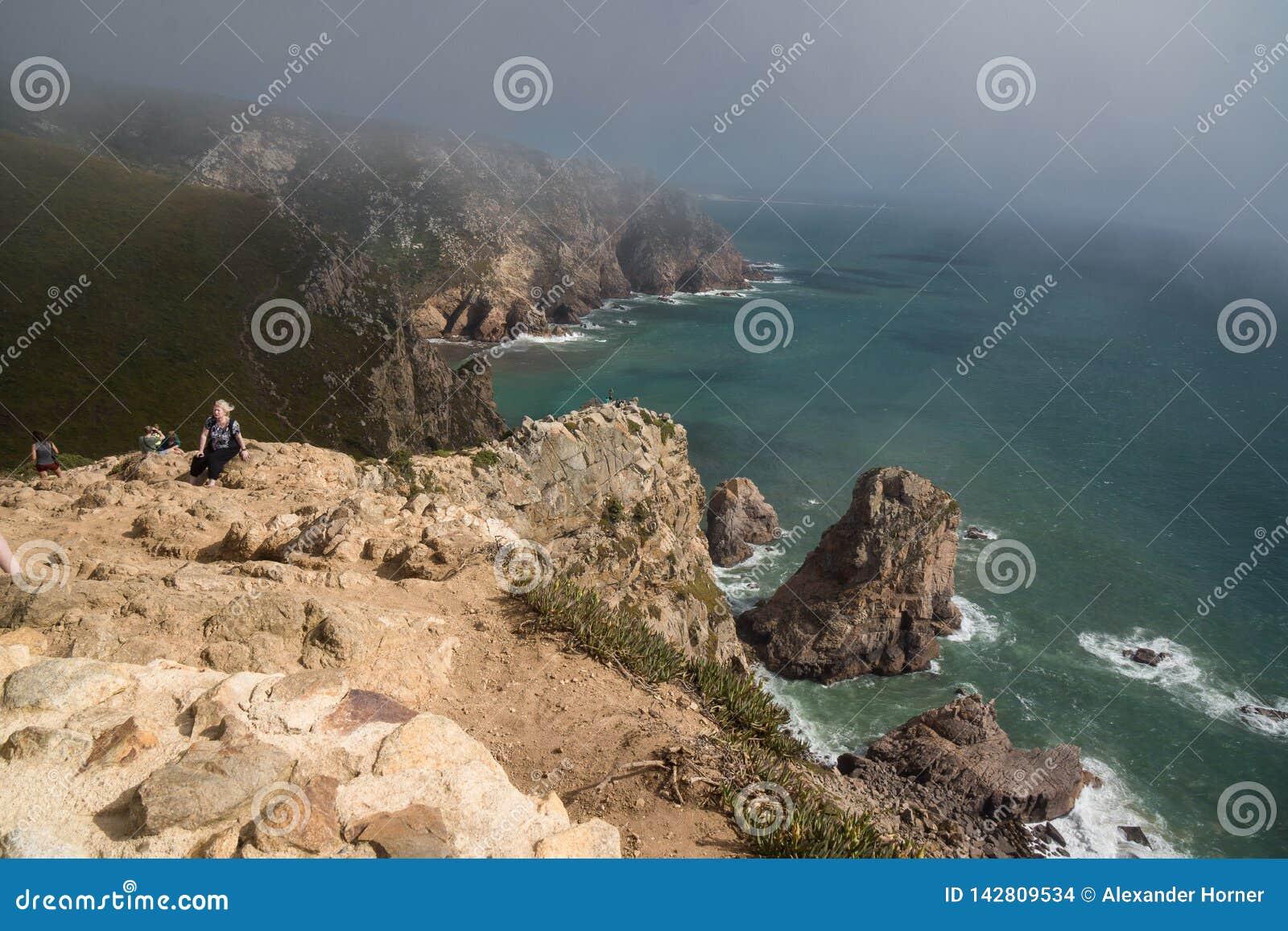 Απότομοι βράχοι βημάτων cabo de roca