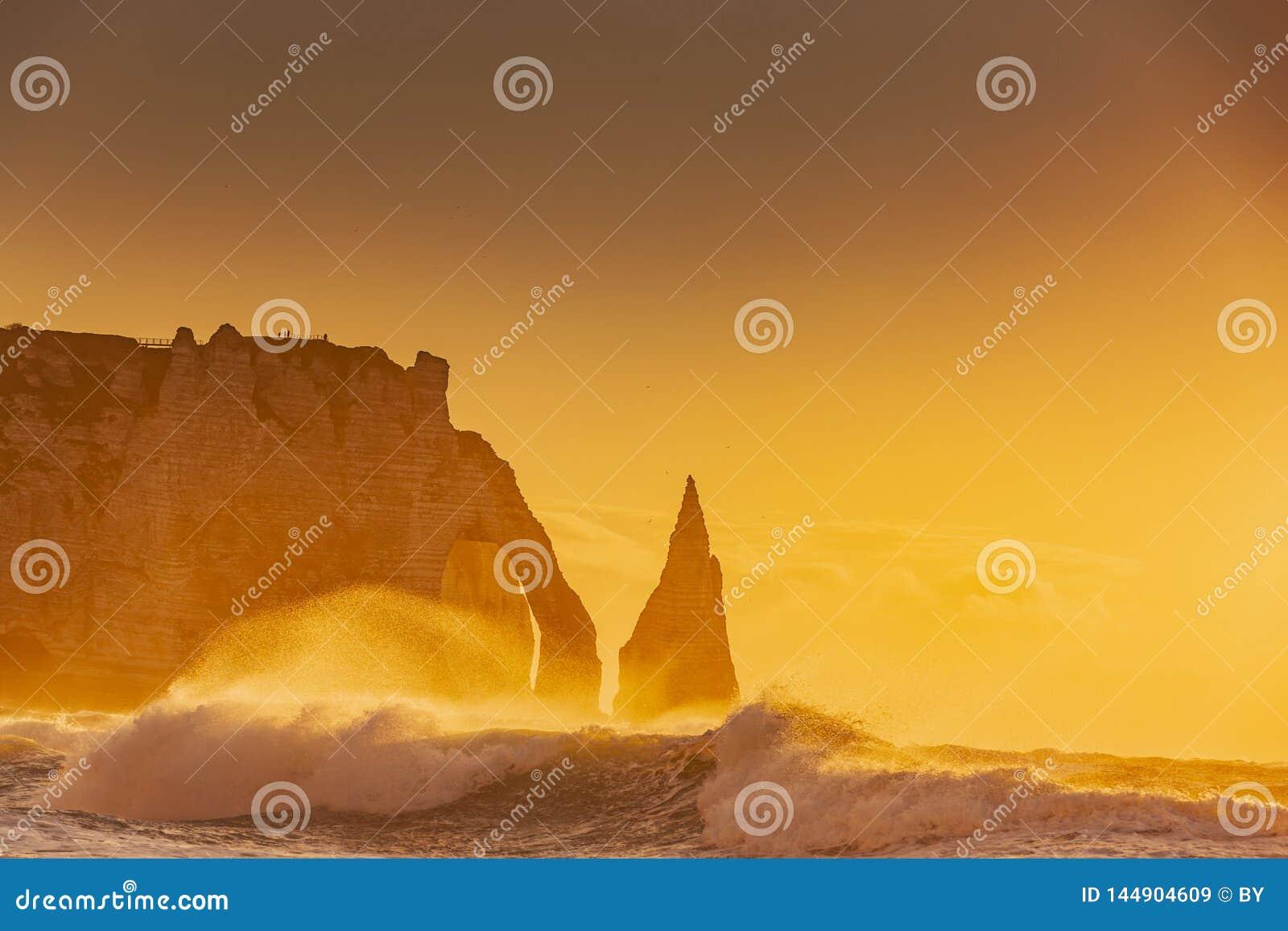 Απότομοι βράχοι του etretat στο ηλιοβασίλεμα