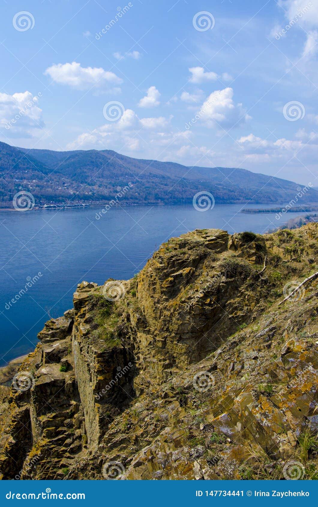 Απότομος βράχος στον ποταμό Yenisei, Krasnoyarsk Ρωσία - υπόβαθρο φύσης και ταξιδιού