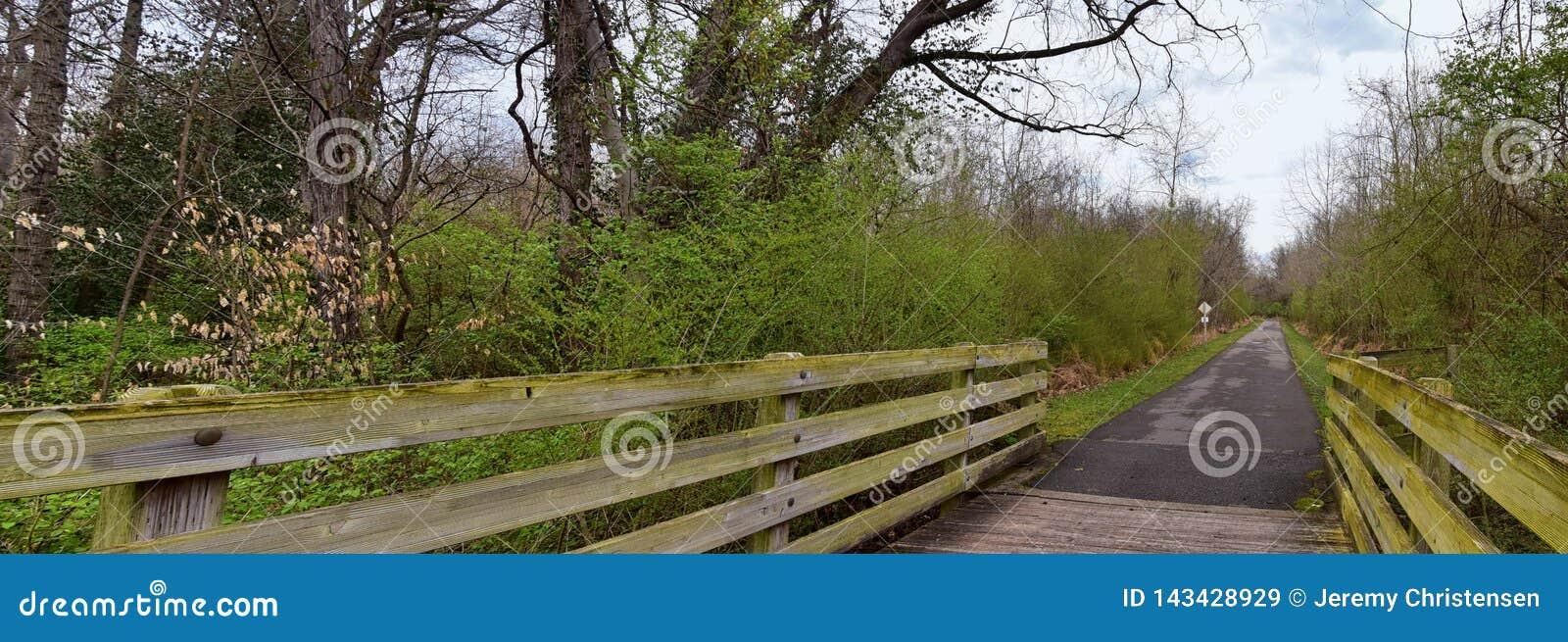 Απόψεις των γεφυρών και των διαβάσεων κατά μήκος των κατώτατων σημείων Greenway της Shelby και των φυσικών ιχνών frontage ποταμών