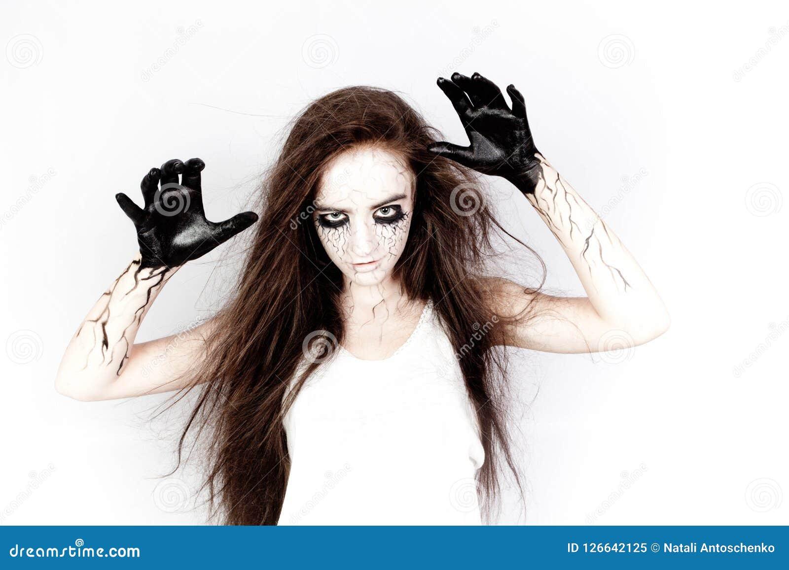 Από τα πνεύματα, ένα κορίτσι με τους μώλωπες κάτω από τα μάτια και τις μαύρες φλέβες της δημιουργεί τα χέρια της έννοια αποκριών