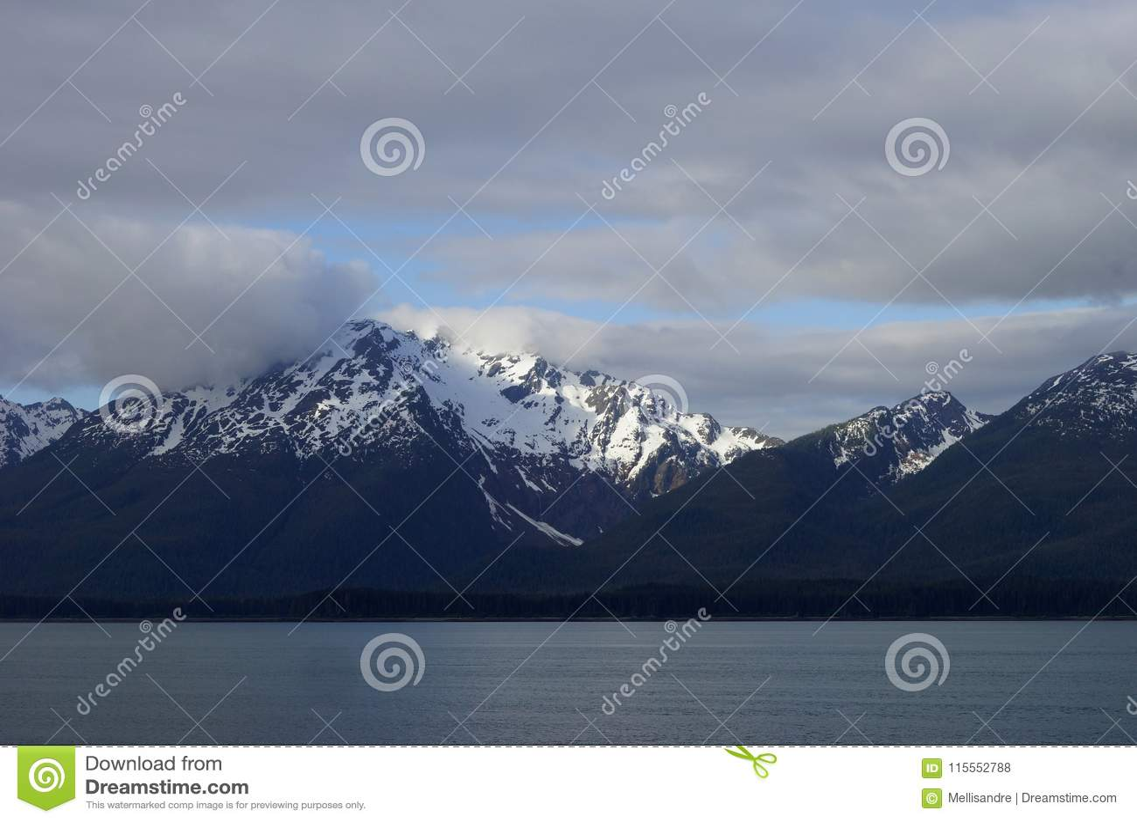 Από την Αλάσκα χιονοσκεπής άποψη βουνών από το νερό