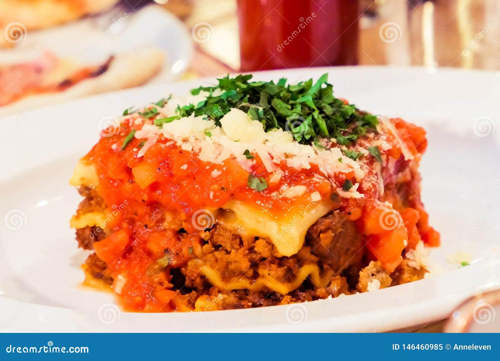Από τη Μπολώνια πιάτο Lasagna, παραδοσιακή συνταγή με τη σάλτσα ντοματών, τυρί και κρέας
