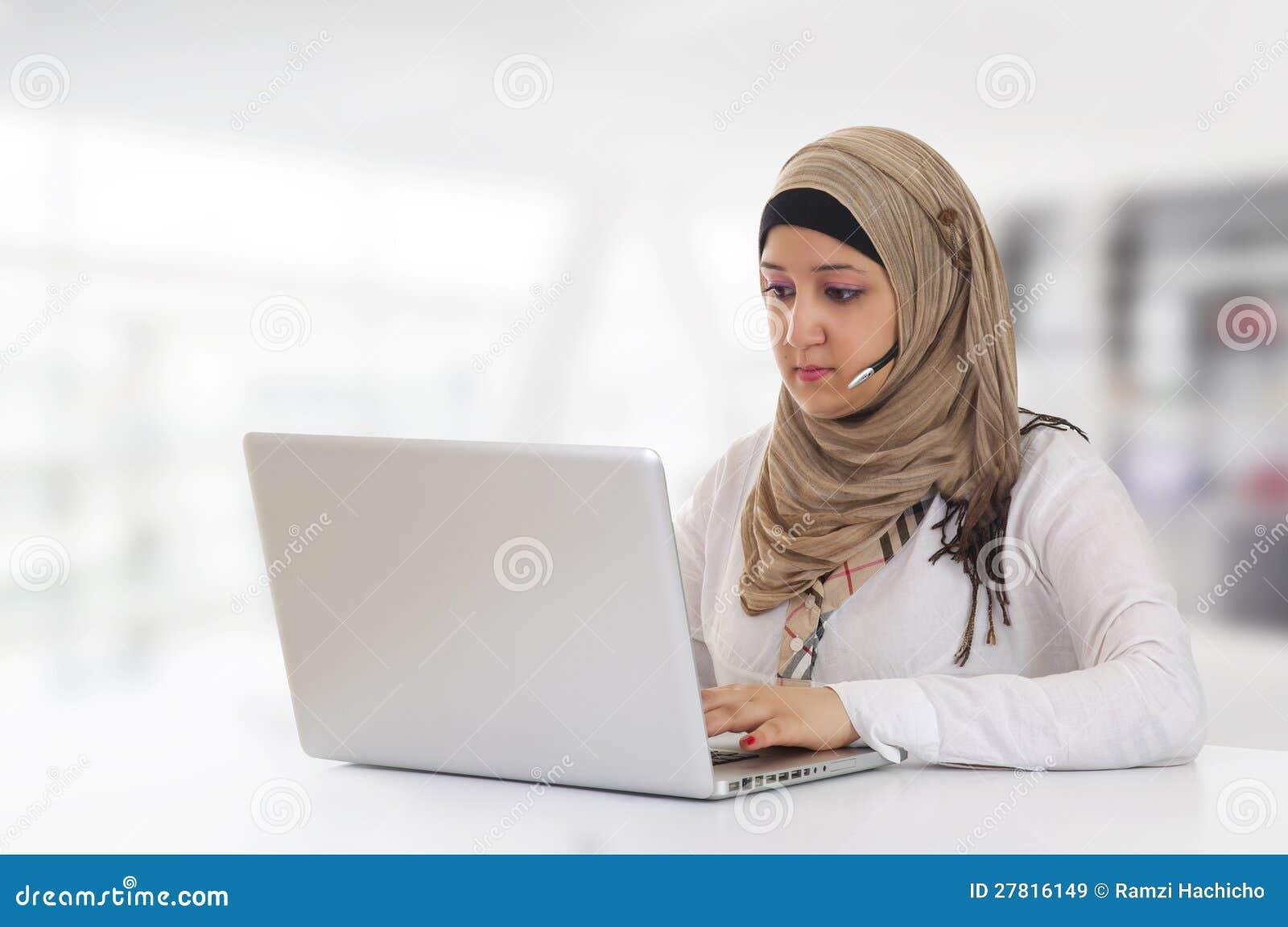 Αραβικός πελάτης αντιπροσωπευτικός με την κάσκα