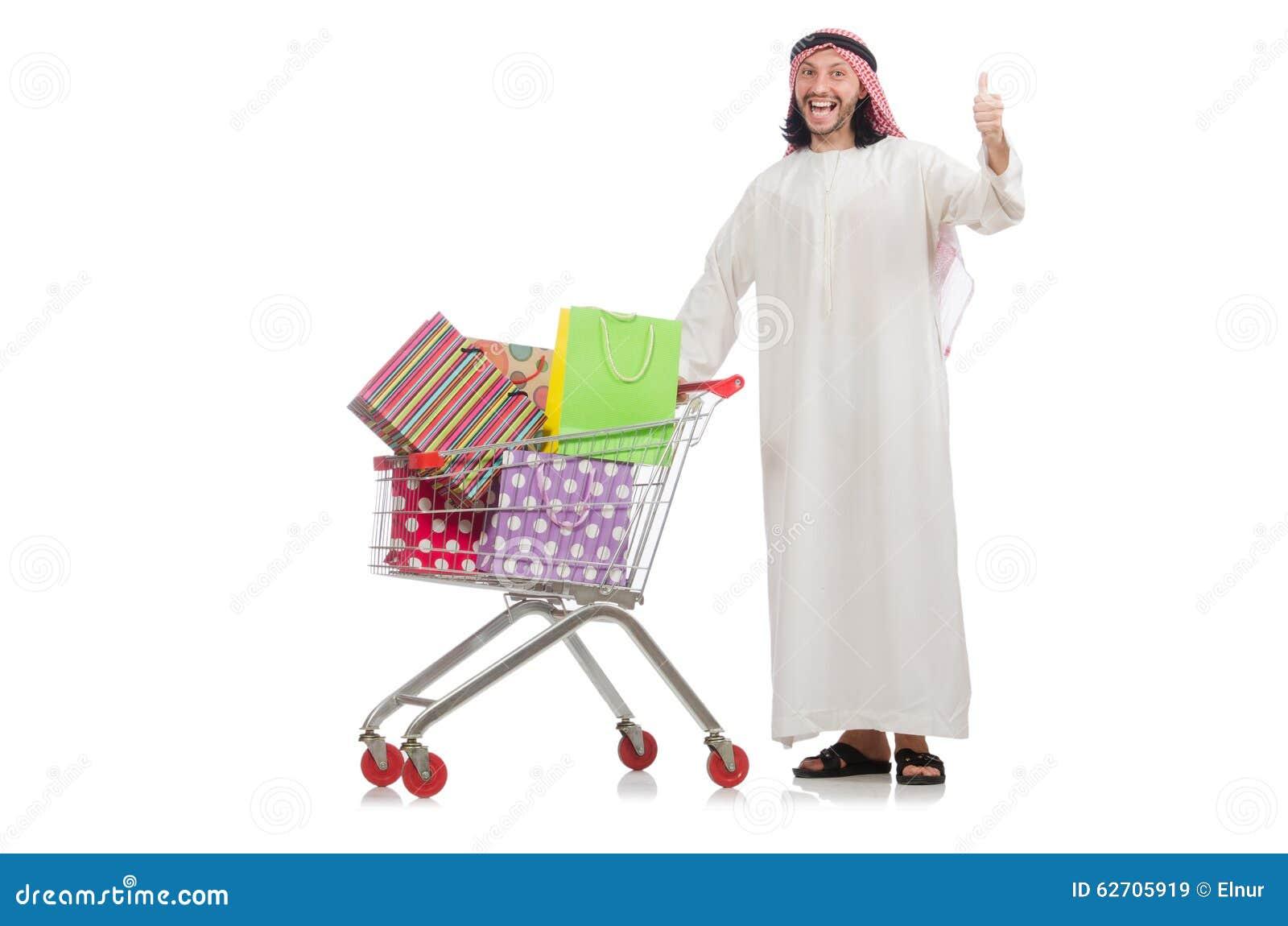 Αραβικό άτομο που κάνει τις αγορές που απομονώνονται στο λευκό