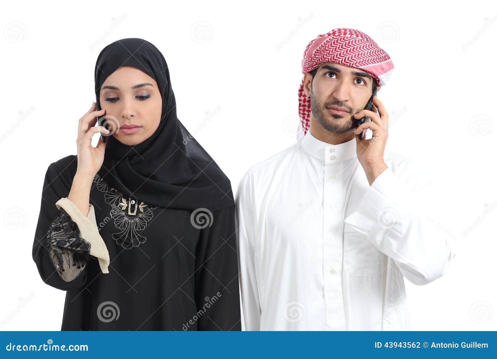 Αραβικό ζεύγος που αποστρέφεται στο τηλέφωνο