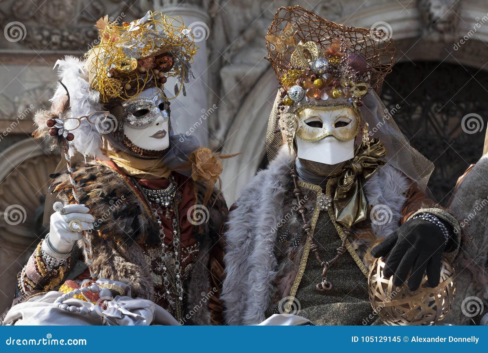 Αριθμοί της Βενετίας καρναβάλι ζωηρόχρωμες χρυσές και καφετιές κοστούμια και μάσκες Βενετία Ιταλία