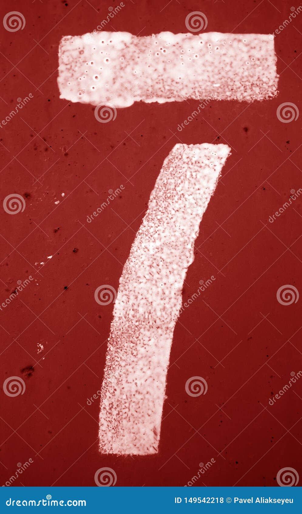 Αριθμός 7 στο διάτρητο στον τοίχο μετάλλων στον κόκκινο τόνο