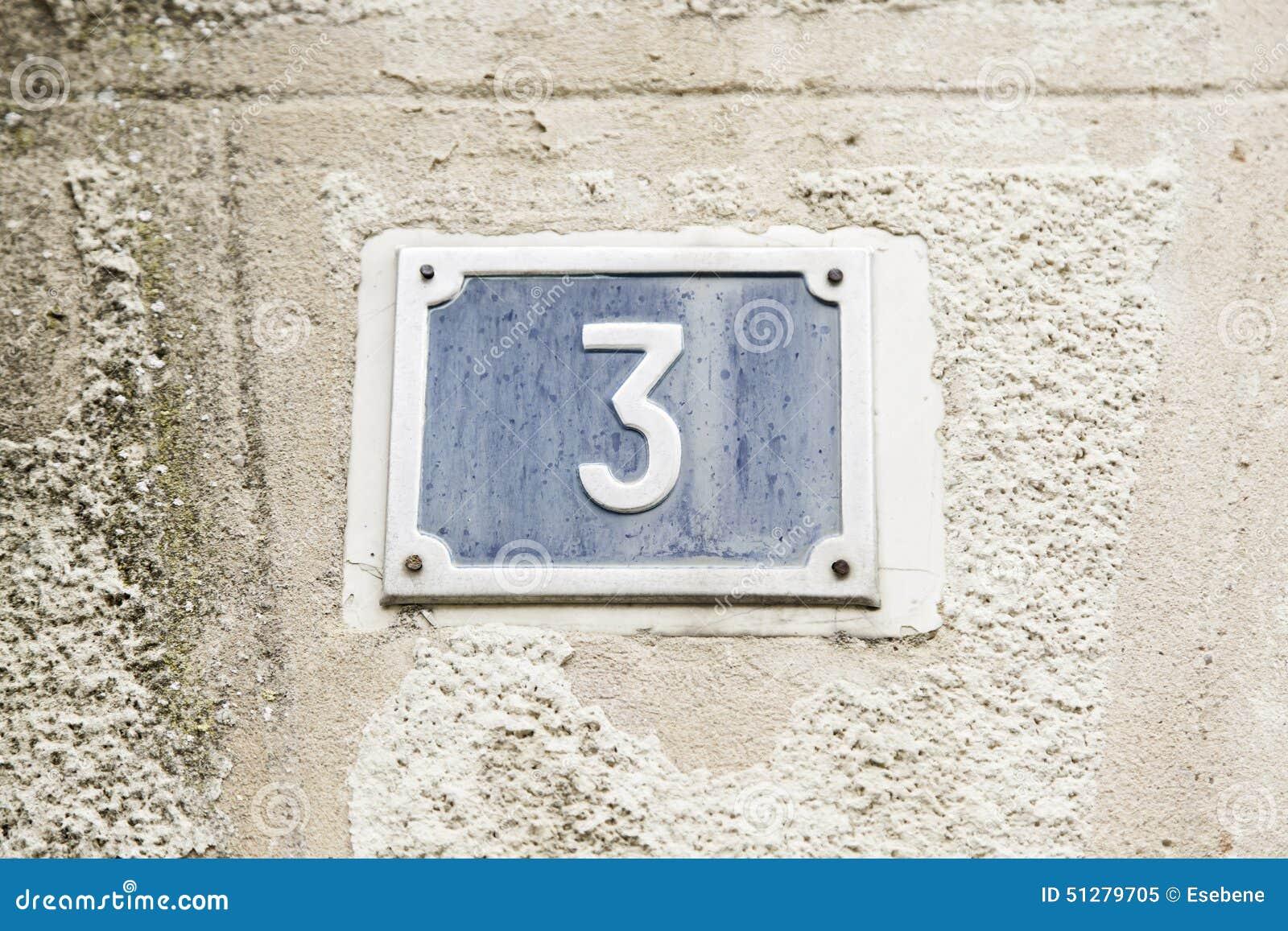 Αριθμός τρία στον τοίχο ενός σπιτιού