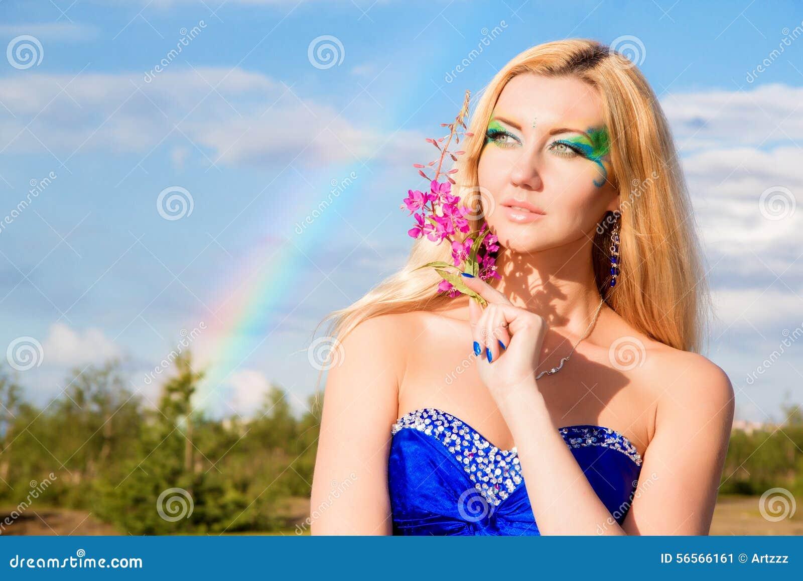 Download Αρκετά νέα γυναίκα στο υπόβαθρο του ουράνιου τόξου Στοκ Εικόνα - εικόνα από ευχαρίστηση, φόρεμα: 56566161