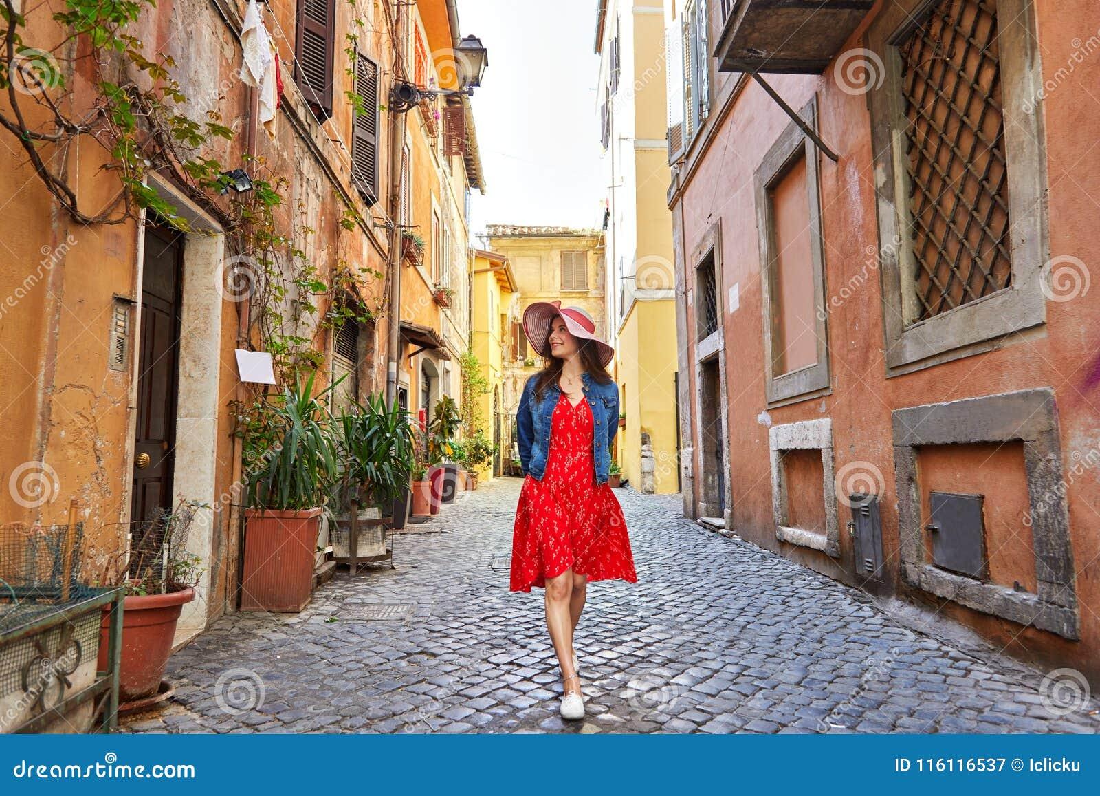 Αρκετά νέα γυναίκα τουριστών στο περπάτημα καπέλων