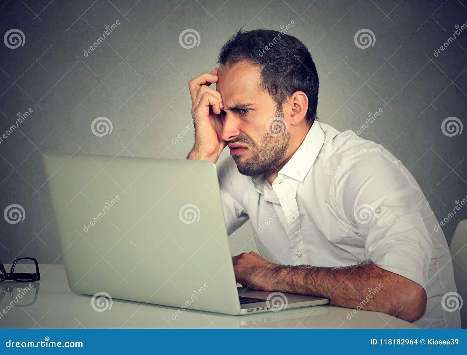 Αρνητικό άτομο που χρησιμοποιεί το lap-top στο θυμό
