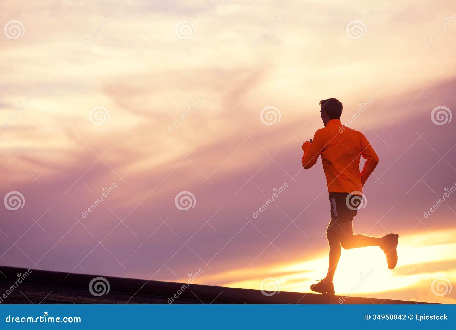Αρσενική σκιαγραφία δρομέων, που τρέχει στο ηλιοβασίλεμα