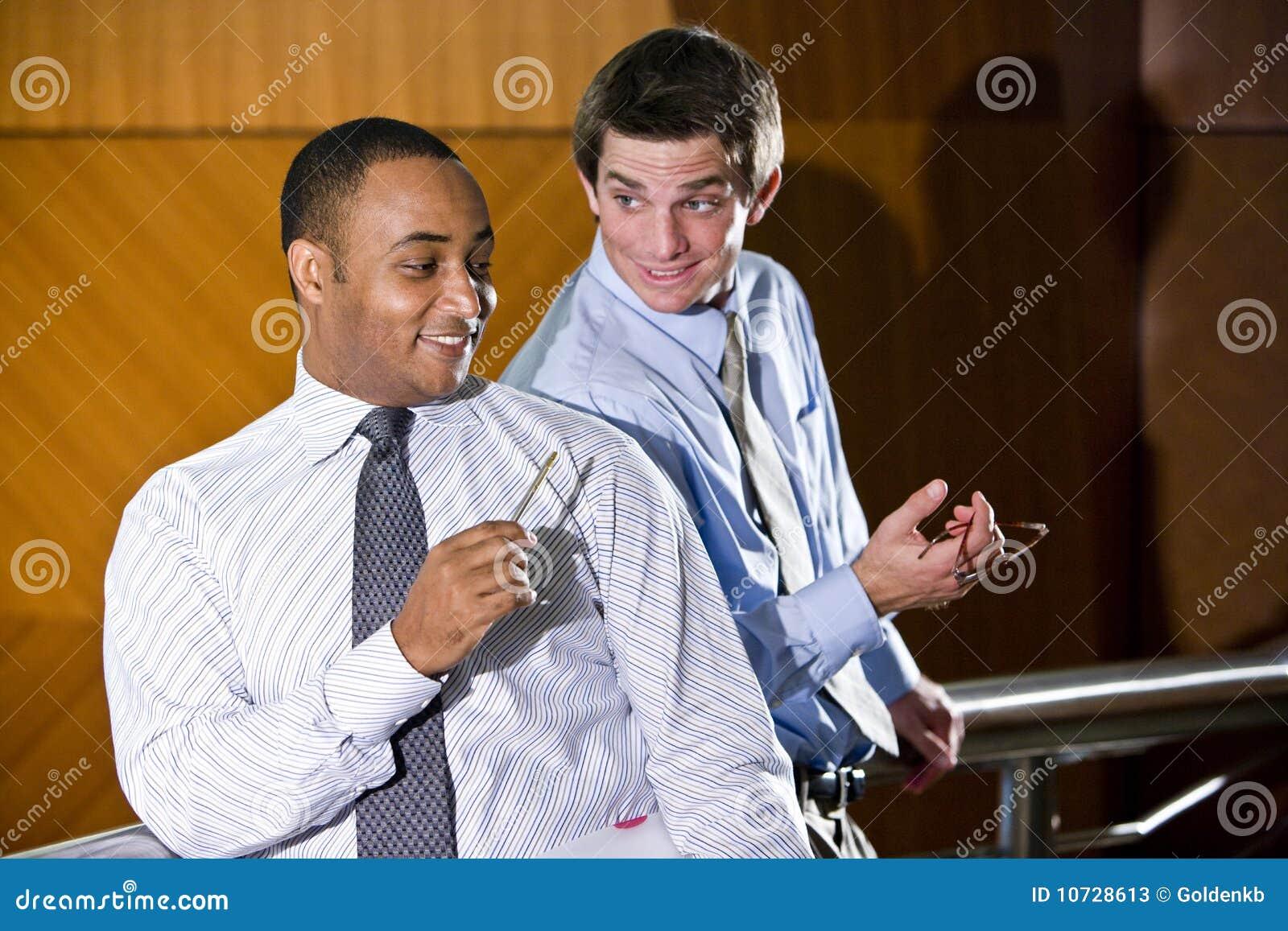 Αρσενική συζήτηση εργαζομένων γραφείων