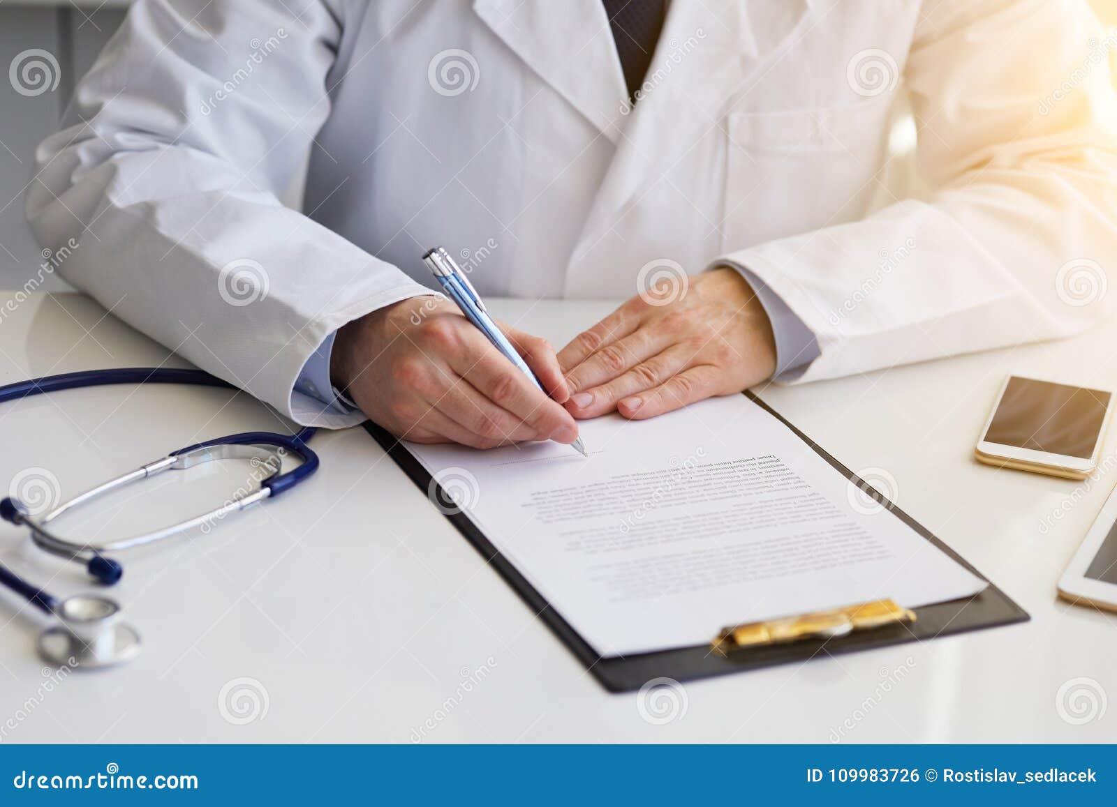 Αρσενική συνεδρίαση γιατρών στις σημειώσεις γραφείων και γραψίματος για την περιοχή αποκομμάτων
