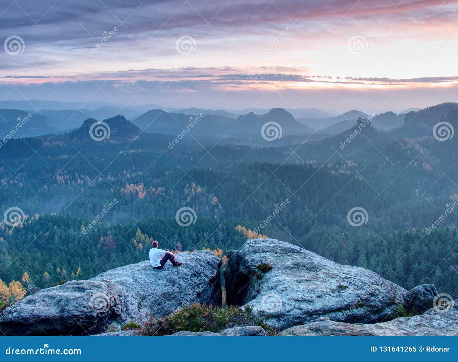 Αρσενική συνεδρίαση οδοιπόρων και χαλάρωση στη δύσκολη κορυφή του αιχμηρού βουνού
