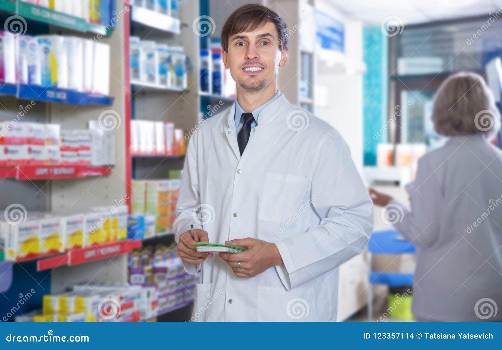 Αρσενική τοποθέτηση φαρμακοποιών στο φαρμακείο