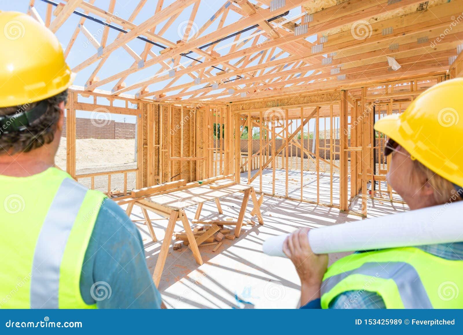 Αρσενικοί και θηλυκοί ανάδοχοι που αγνοούν τη διαμόρφωση καινούργιων σπιτιών στο εργοτάξιο οικοδομής