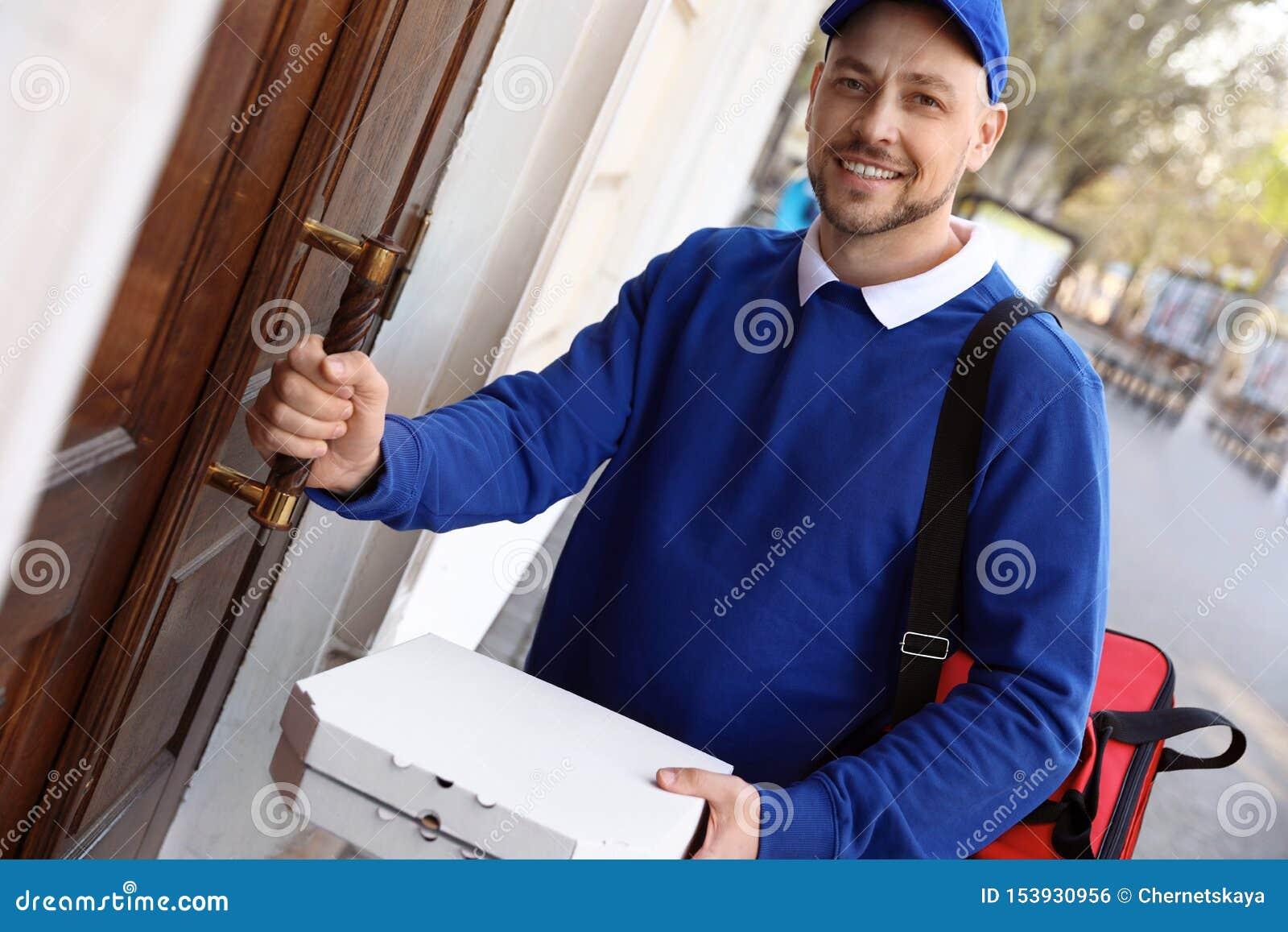 Αρσενικός αγγελιαφόρος με τη διαταγή στην είσοδο