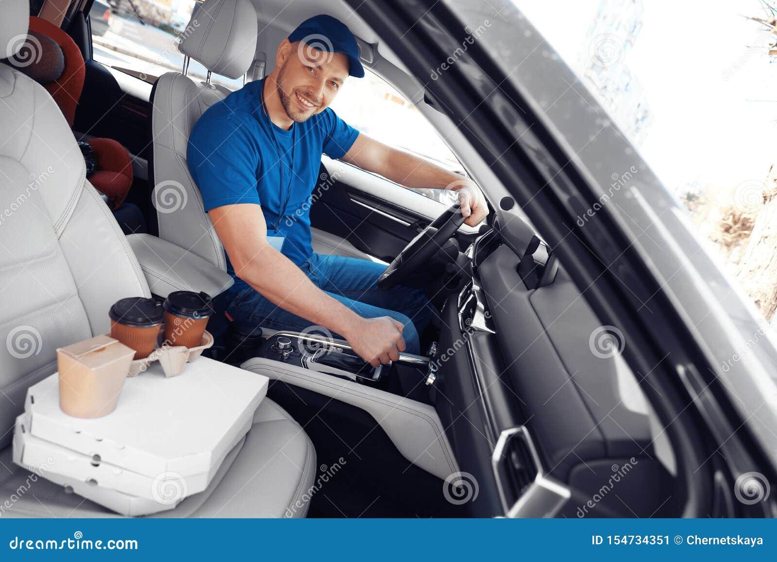 Αρσενικός αγγελιαφόρος με τις διαταγές στο αυτοκίνητο i