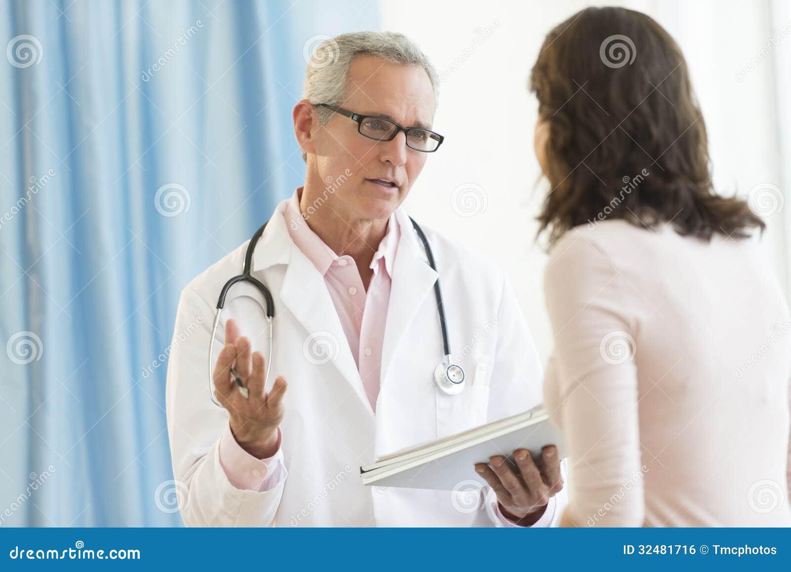 Αρσενικός γιατρός που συζητά με τον ασθενή στην κλινική