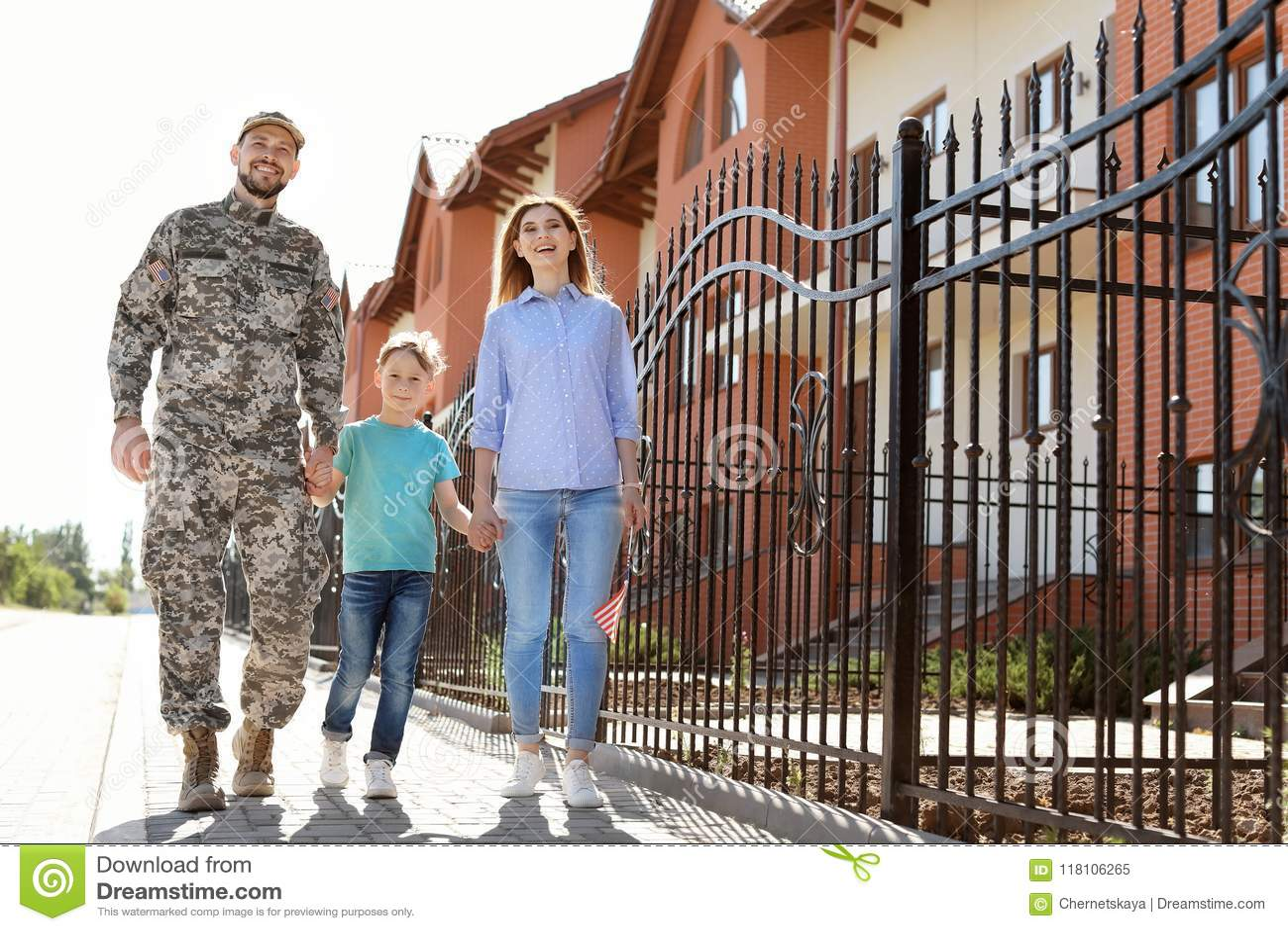 Αρσενικός στρατιώτης με την οικογένειά του υπαίθρια Στρατιωτική υπηρεσία