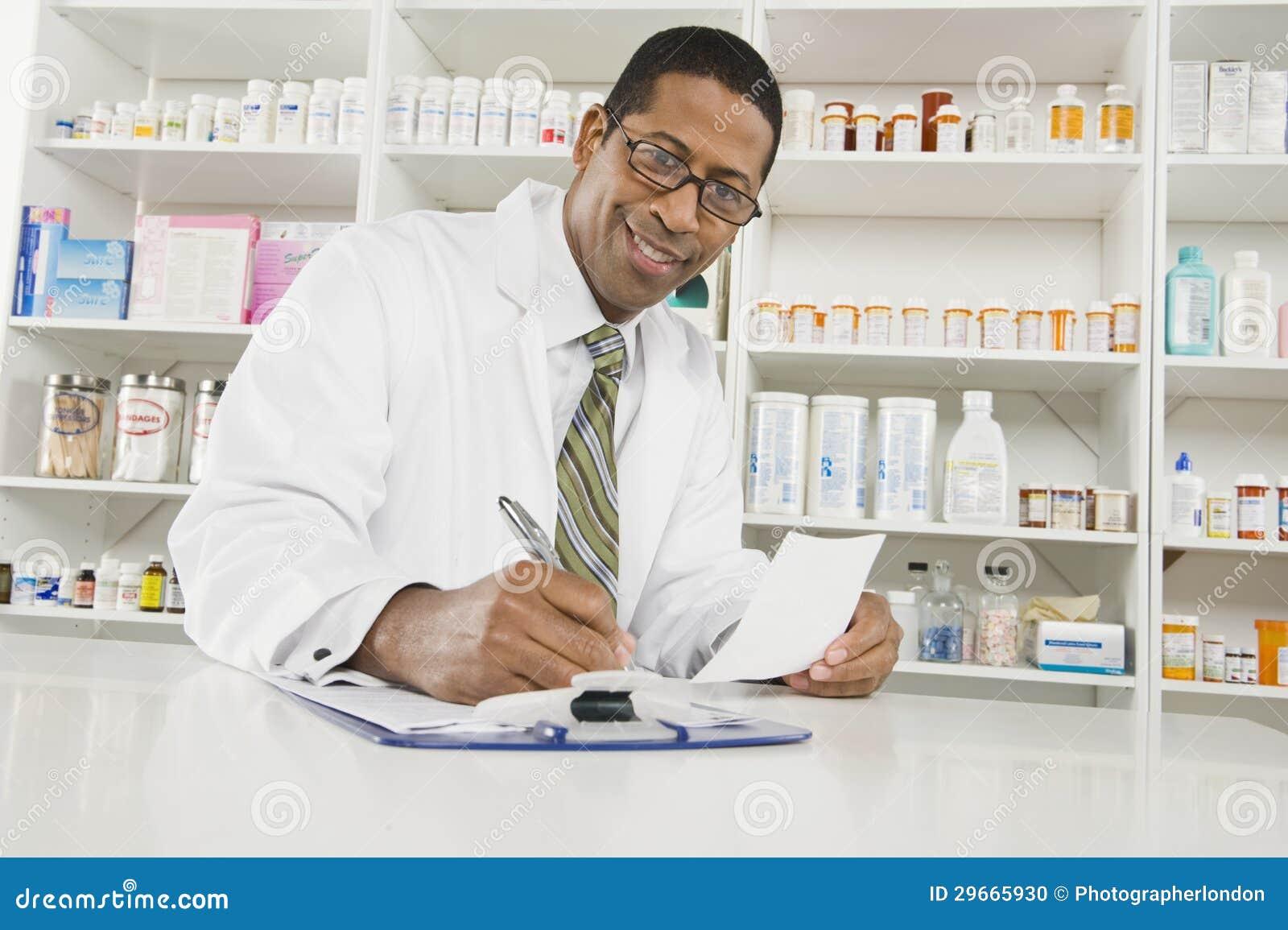 Αρσενικός φαρμακοποιός που εργάζεται στο φαρμακείο