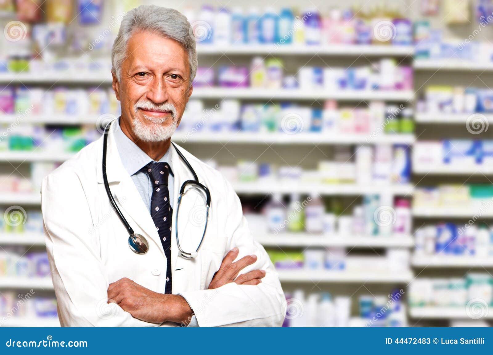 αρσενικός φαρμακοποιός στο φαρμακείο