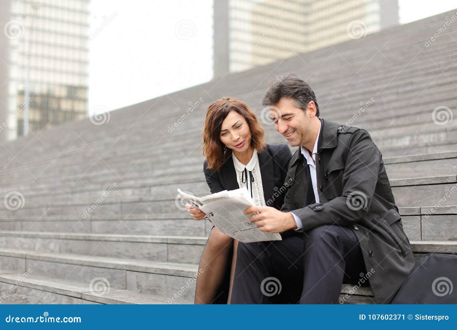 αρσενικό και θηλυκό άρθρο ανάγνωσης μηχανικών για την επιχείρηση μέσα