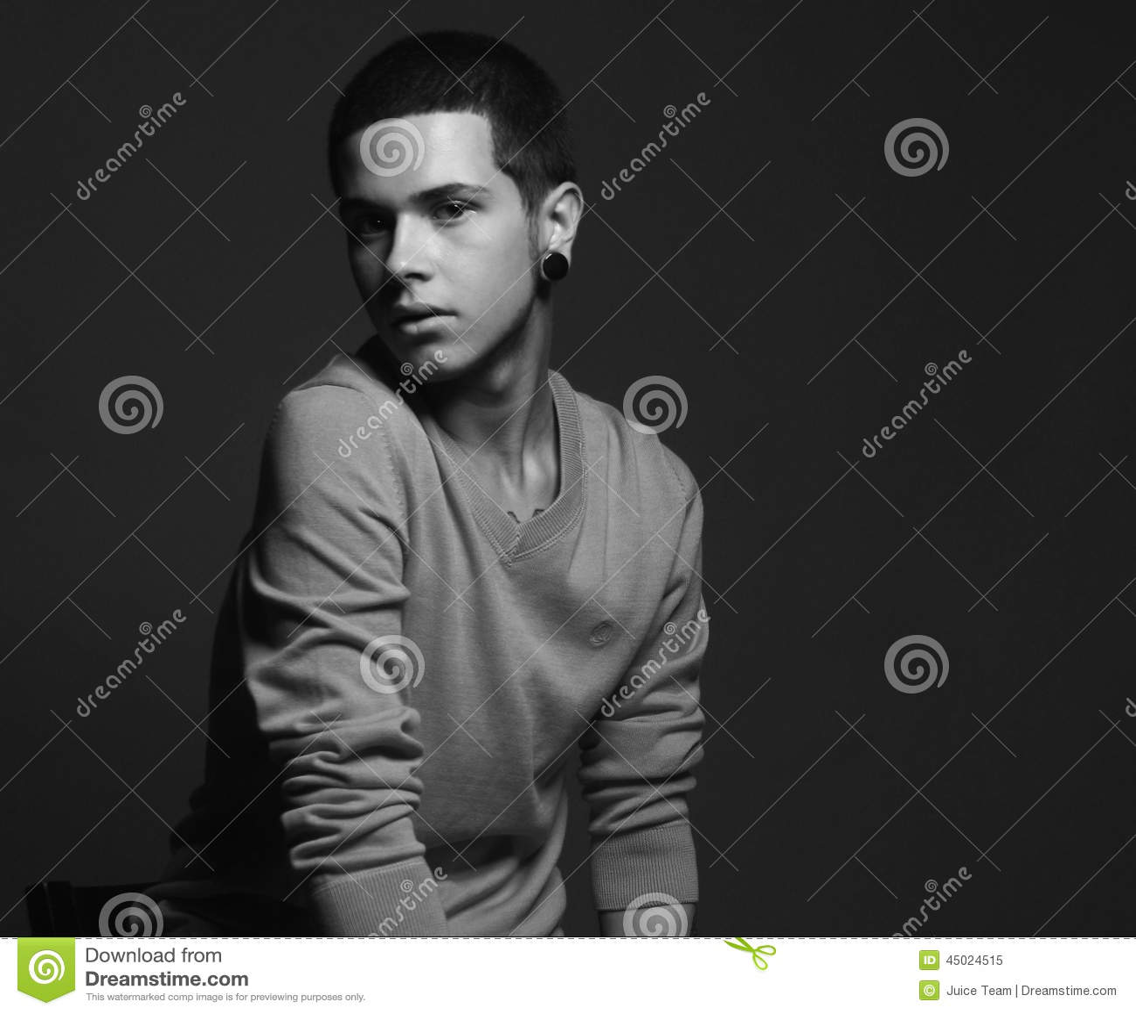 Αρσενικό πρότυπο μόδας με τη δερματοστιξία