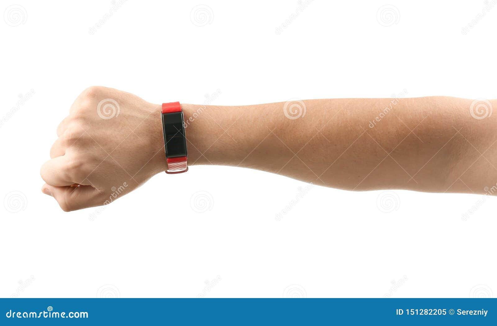 Αρσενικό χέρι με το έξυπνο ρολόι στο άσπρο υπόβαθρο