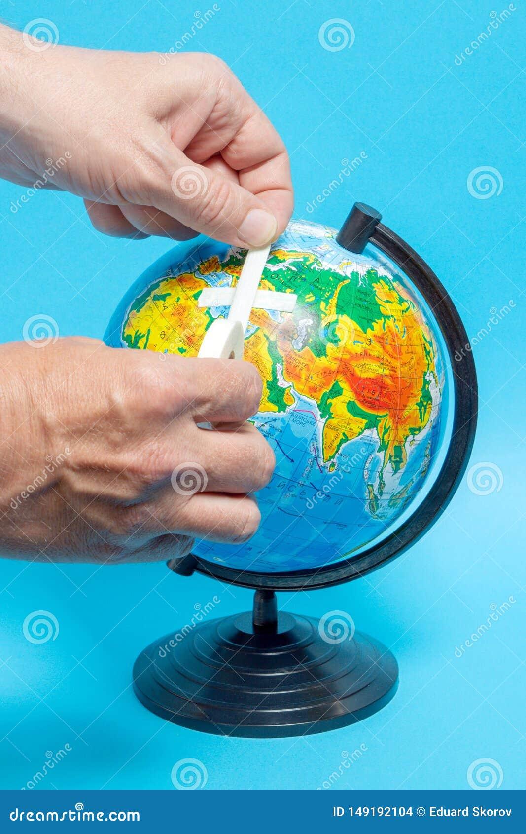 Αρσενικό χέρι που βάζει ένα μπάλωμα σε μια σφαίρα