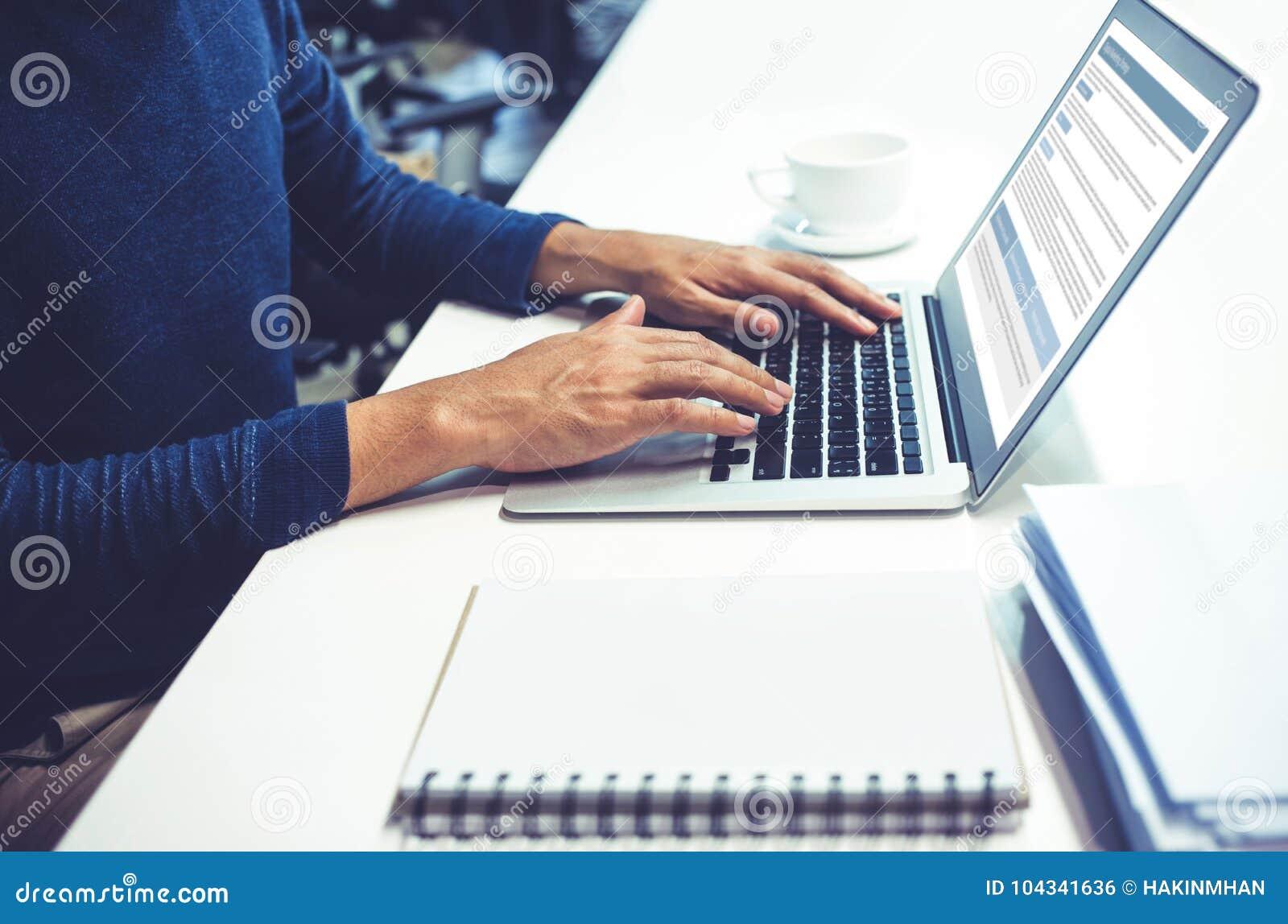 Αρσενικό χρησιμοποιώντας lap-top υπολογιστών στην αρχή