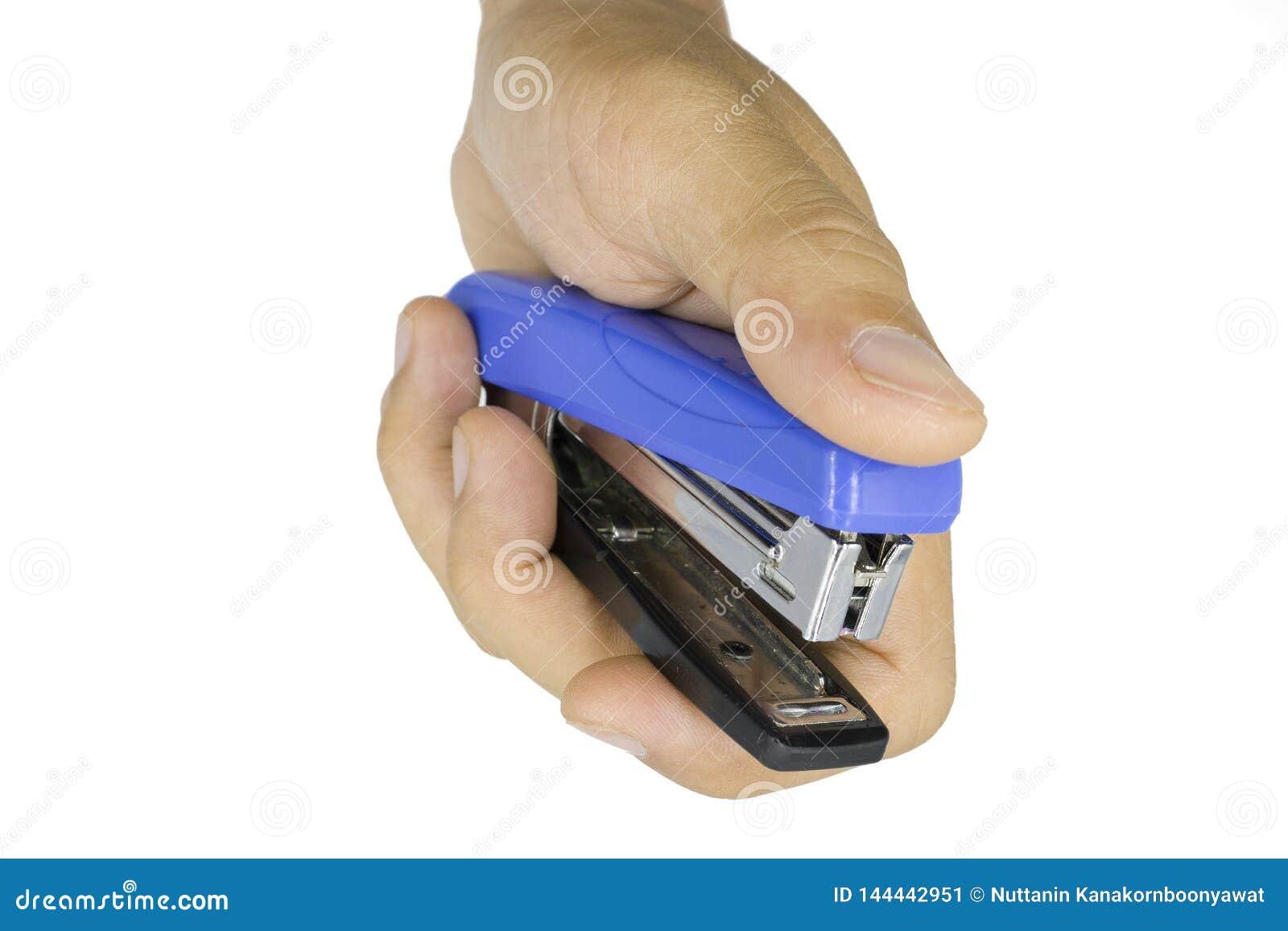 Αρσενικό stapler εκμετάλλευσης χεριών, χέρι ατόμων που απομονώνεται στο άσπρο υπόβαθρο
