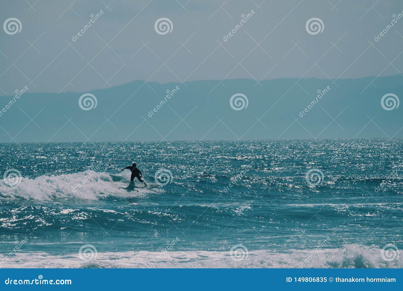 Αρσενικό surfer στον ωκεανό, έννοια θερινού υποβάθρου