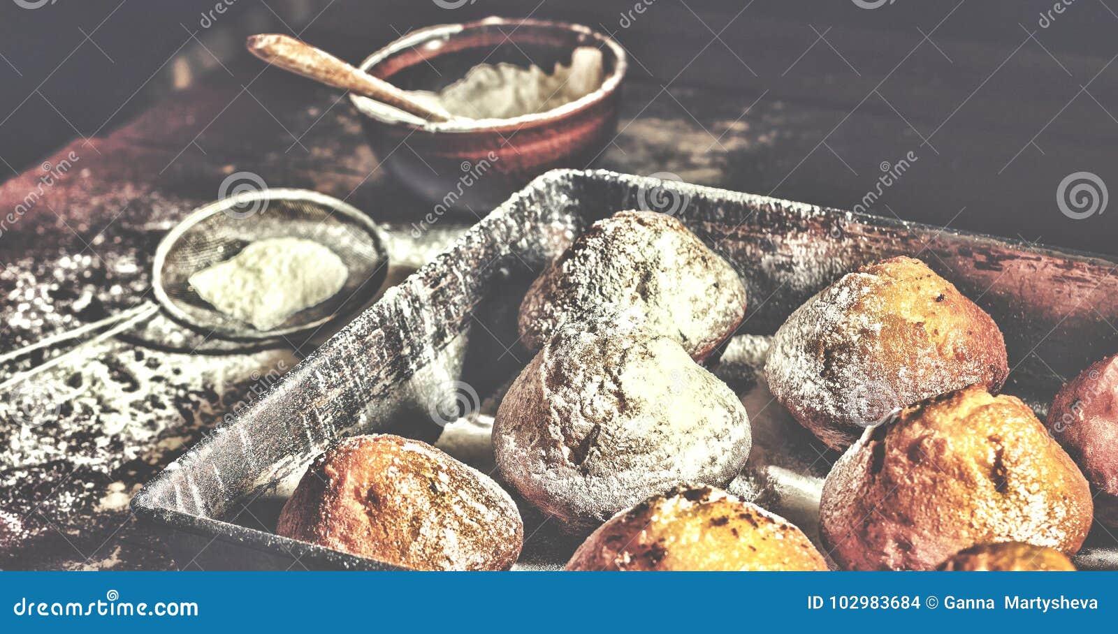 αρτοποιείο φρέσκο Το Cupcakes, muffins, αρτοποιοί παίρνει τα χέρια τους στις ζύμες αρτοποιείο