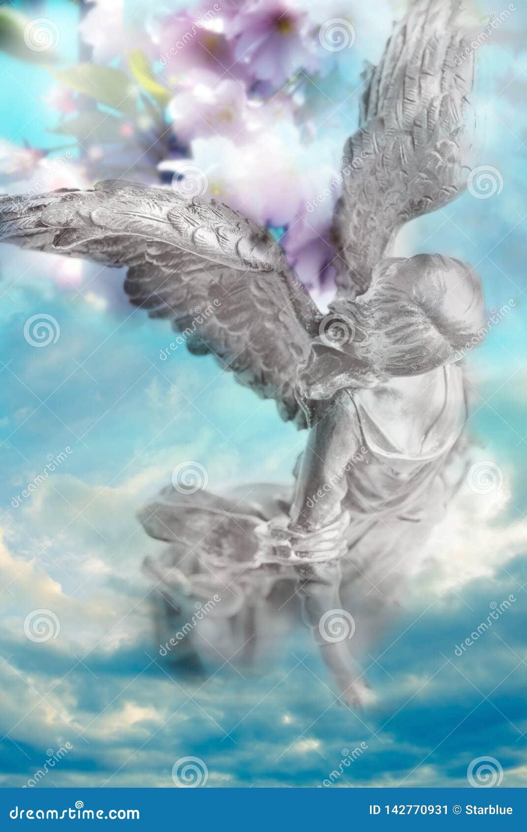Αρχάγγελος αγγέλου άνοιξη της φύσης με το υπόβαθρο λουλουδιών όπως τη θεία έννοια φύσης