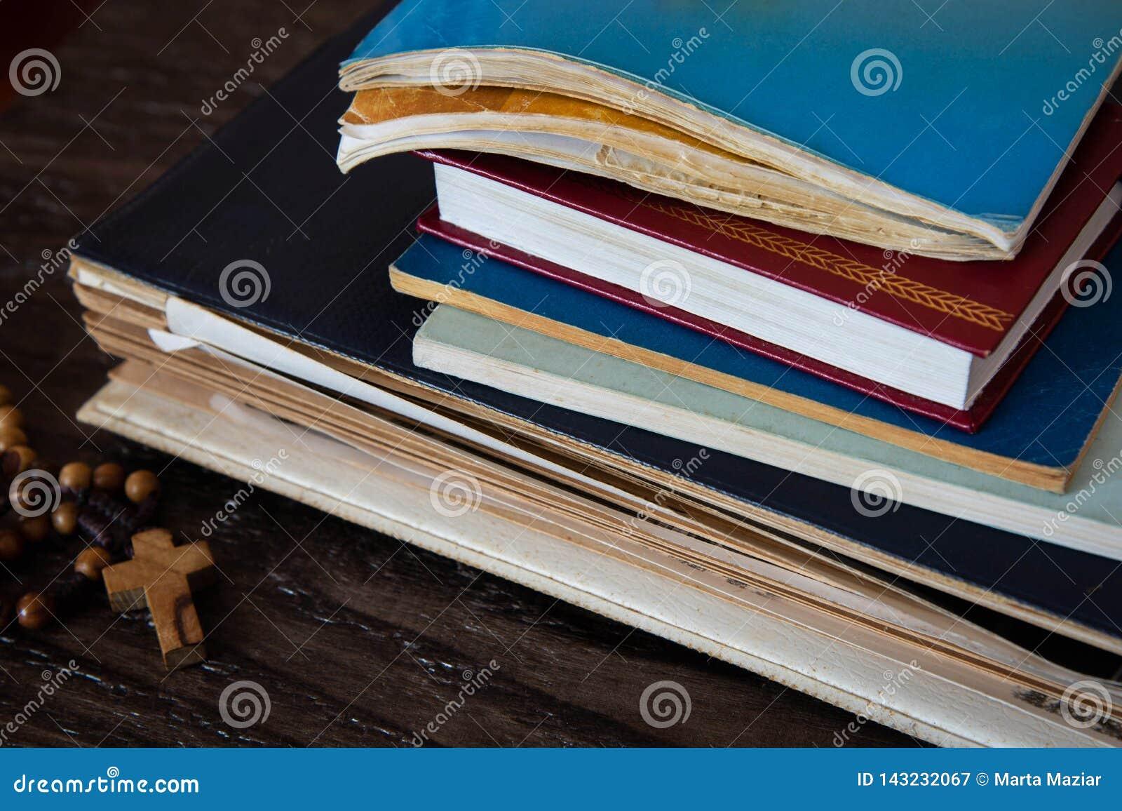 αρχαία βιβλία θρησκευτικό και ξύλινο rosary